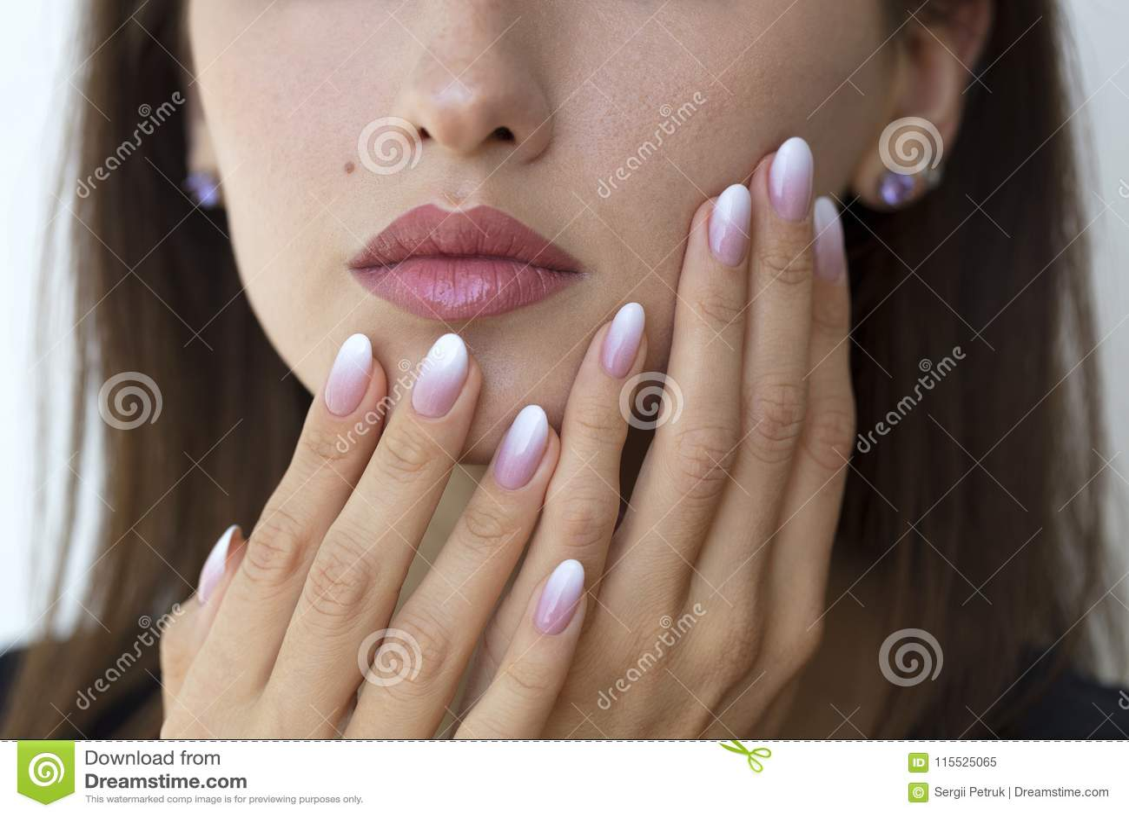 Schönheit ` s Nägel mit schönem französische Maniküre ombre