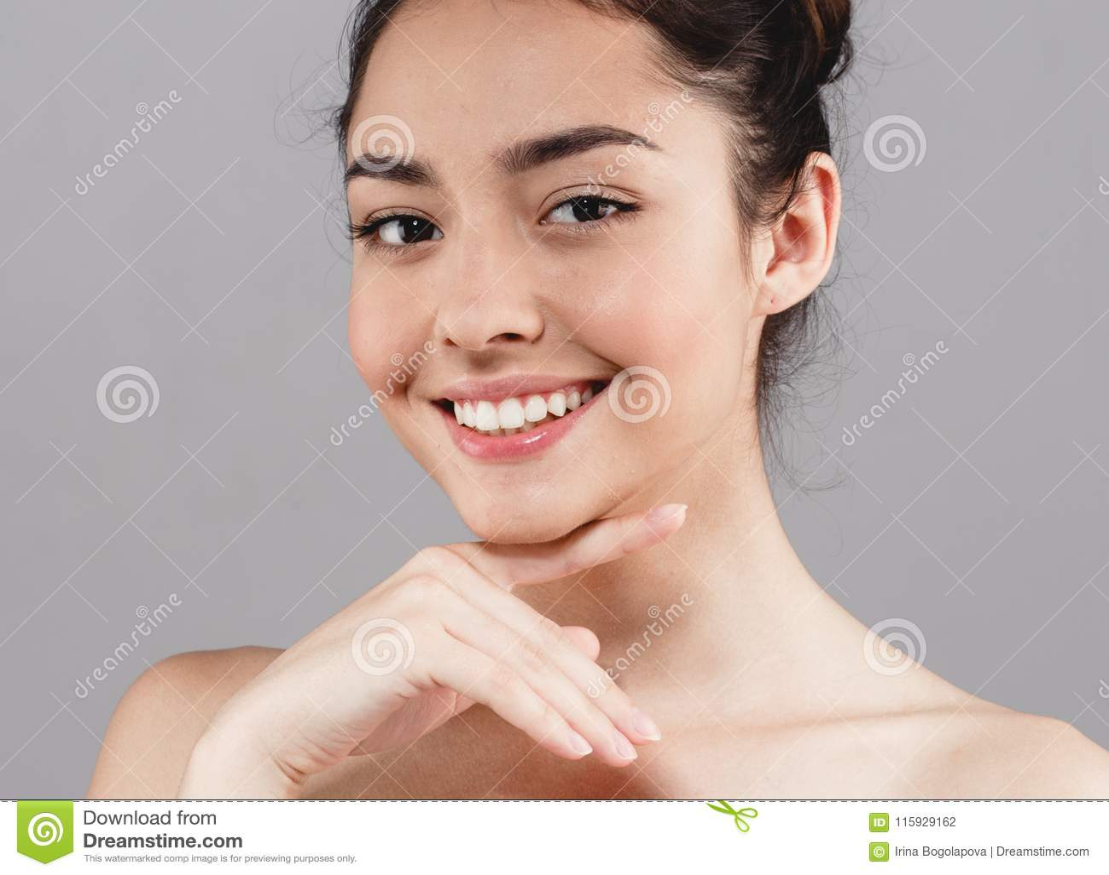 Schönheit skincare Schönheits-Gesichtszähne lächeln mit handsclo