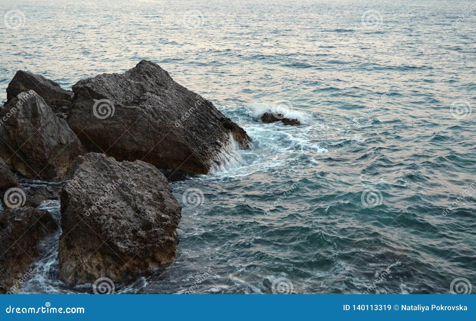 Schönheit und Kraft des tiefen Wassers Gefahr O, die in verbotenen Plätzen schwimmt Wildes Seepanorama umgeben mit scharfen Felse