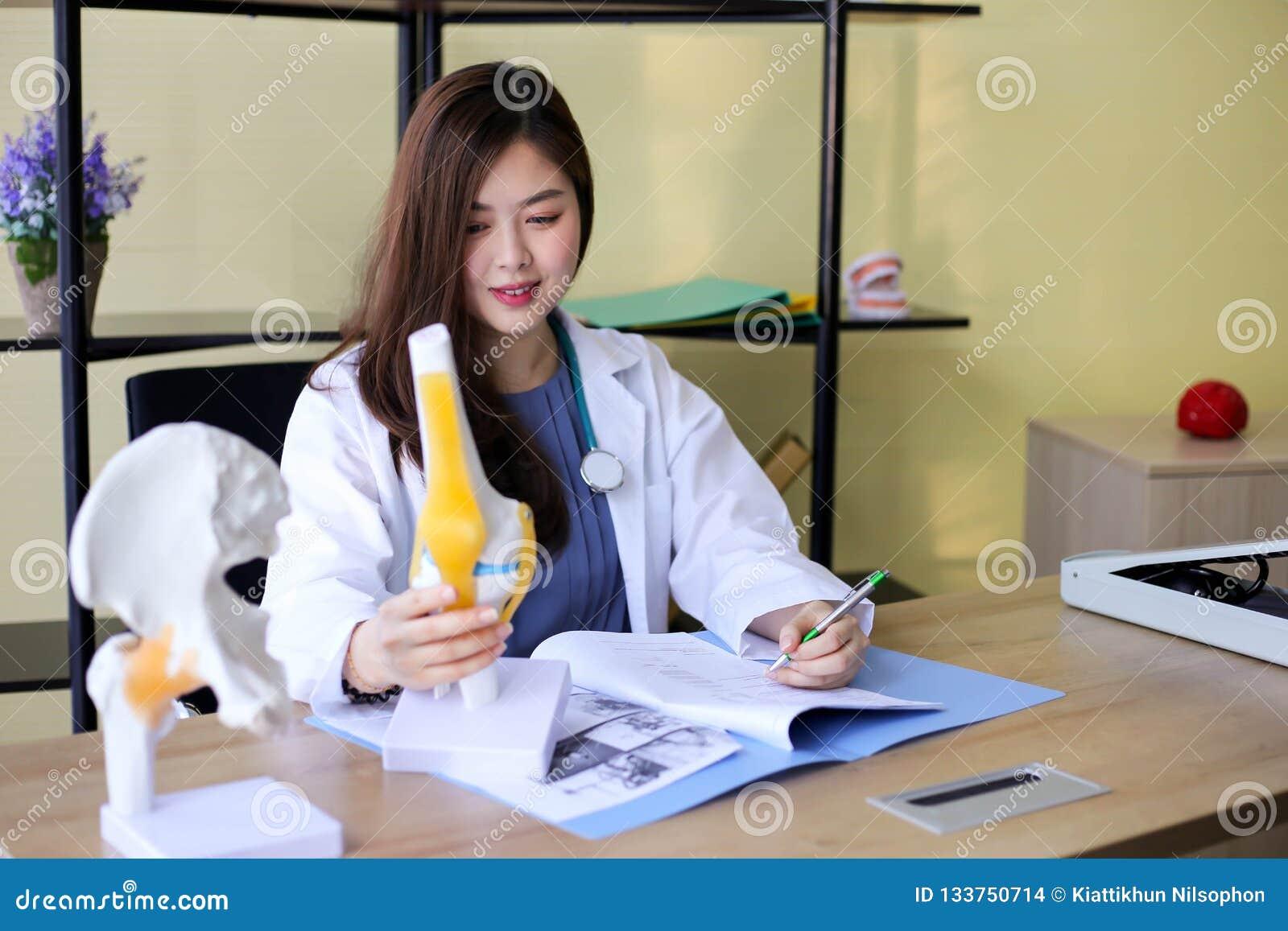Schönheits-Doktor zeigt auf einen Knochen im Dorn das La