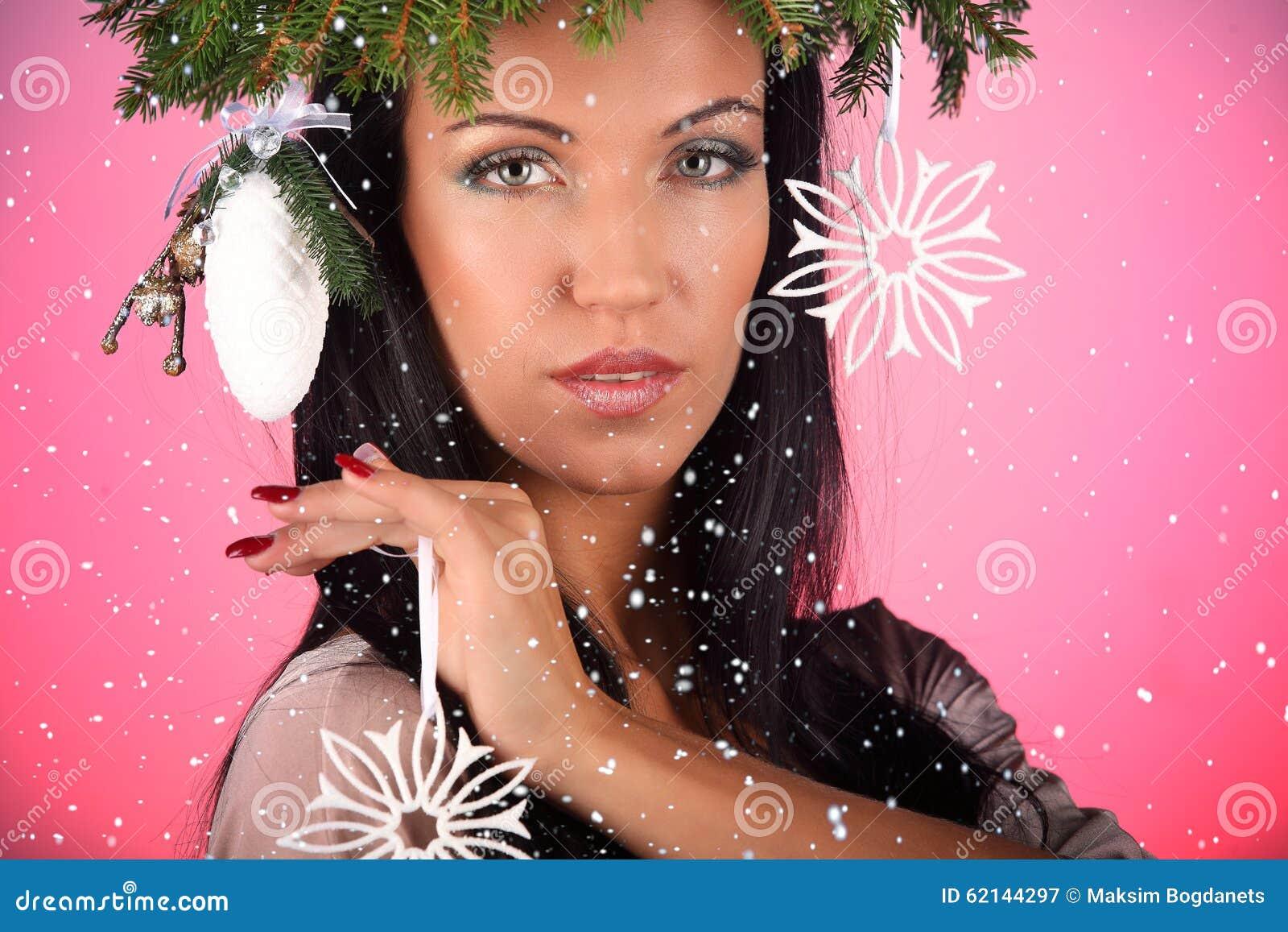 Schonheits Mode Modell Girl Mit Weihnachtsbaum Frisurrosahintergrund