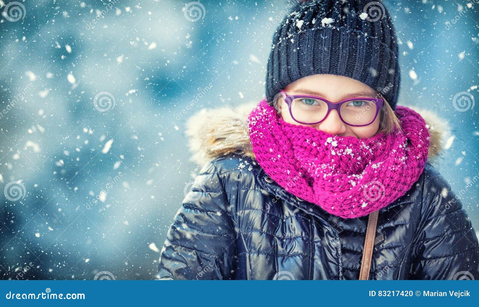 Schönheits-Winter-Mädchen-Schlagschnee im eisigen Winterpark oder draußen Mädchen und Winterkühles wetter