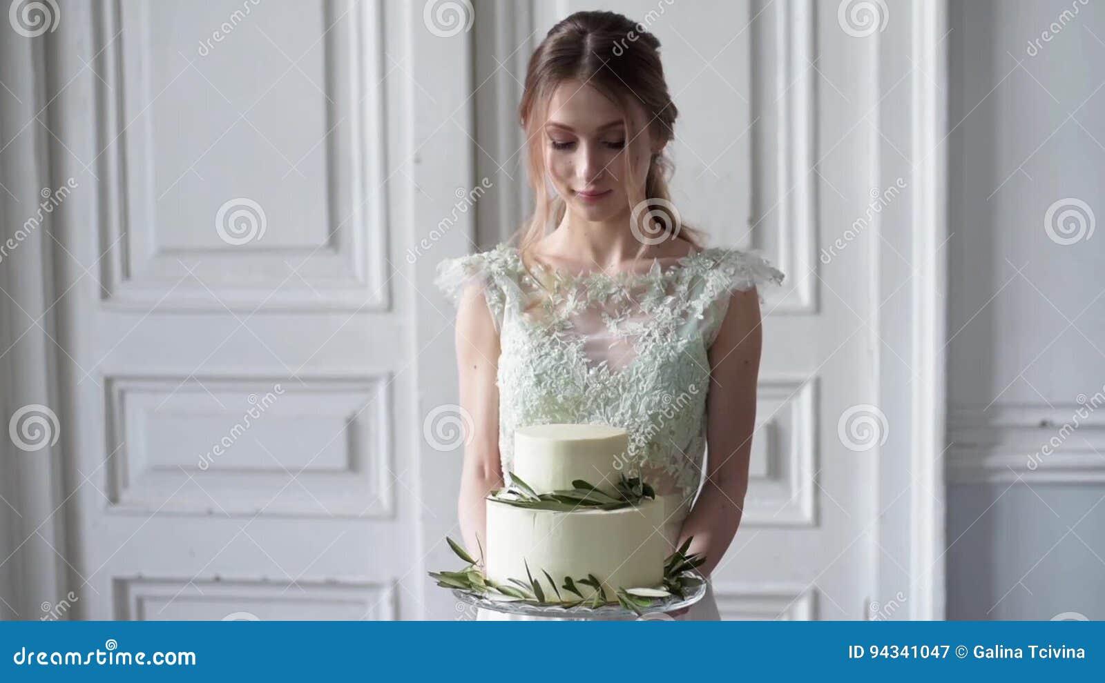 Schönheitsbraut Im Brautkleid Mit Kuchen Und Spitze Verschleiern ...