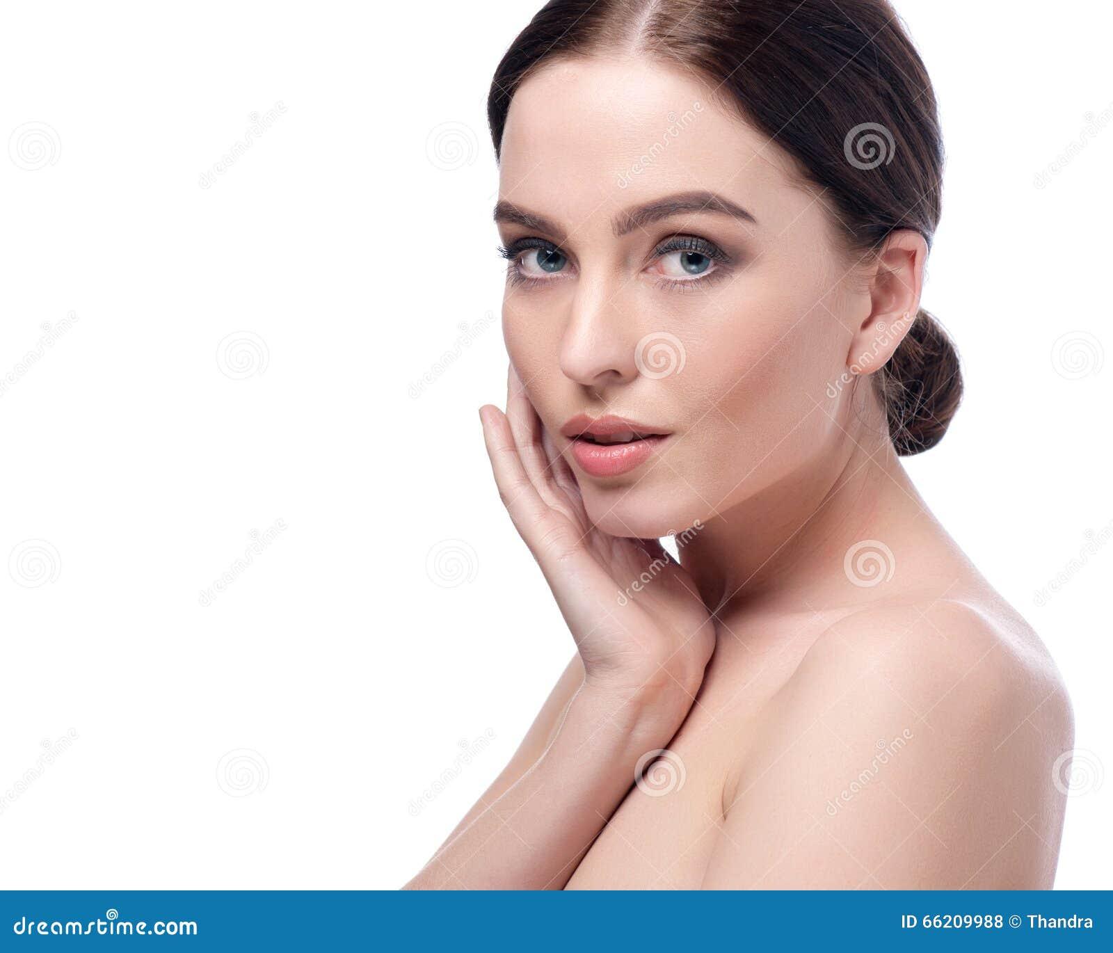 Schönheitsfrauen-Gesichtsnahaufnahme Badekurort-Modellmädchen des schönen Brunette junges mit perfekter Haut Nahaufnahmeportrait