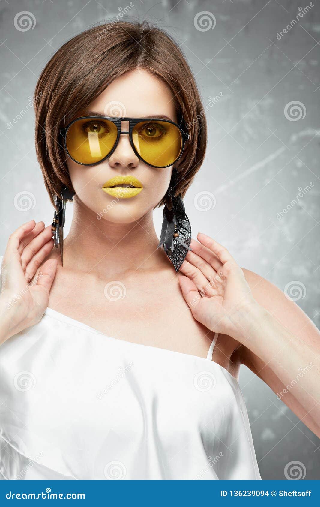 Schönheitsgesichtsporträt des Modells mit gelben Sonnenbrillen