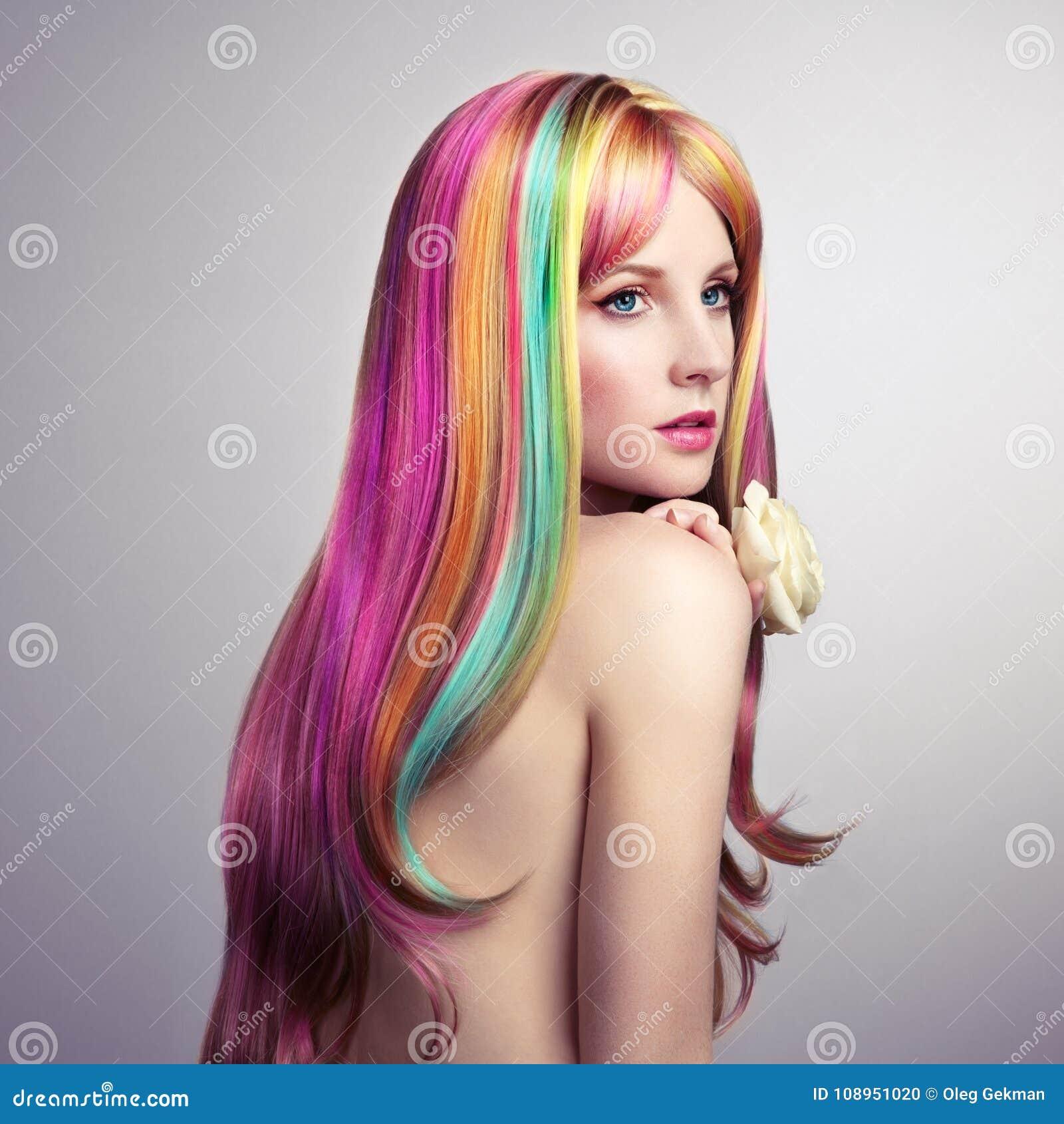 Schönheitsmode-modell-Mädchen mit dem bunten gefärbten Haar