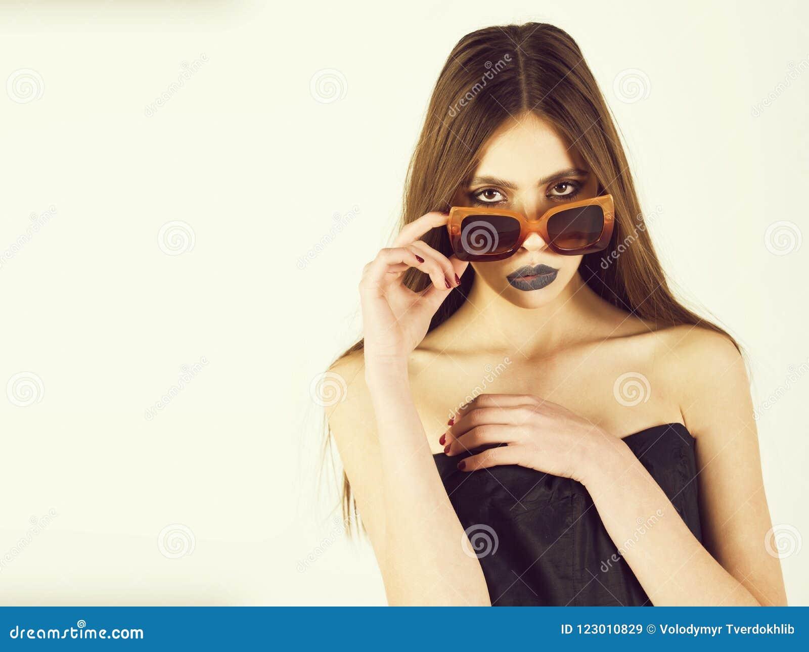 Schönheitsmode-modell-Mädchenporträt, tragende stilvolle Sonnenbrille, Kopienraum