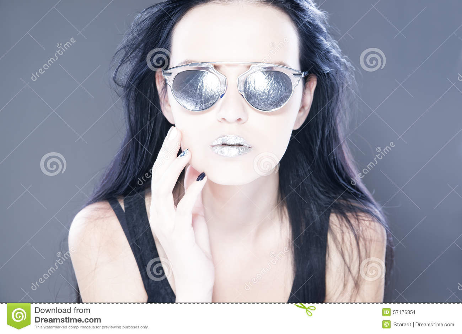 Schönheitsmode-modell-Porträt in der Sonnenbrille mit den metallischen silbernen Lippen Kreative Frisur und bilden