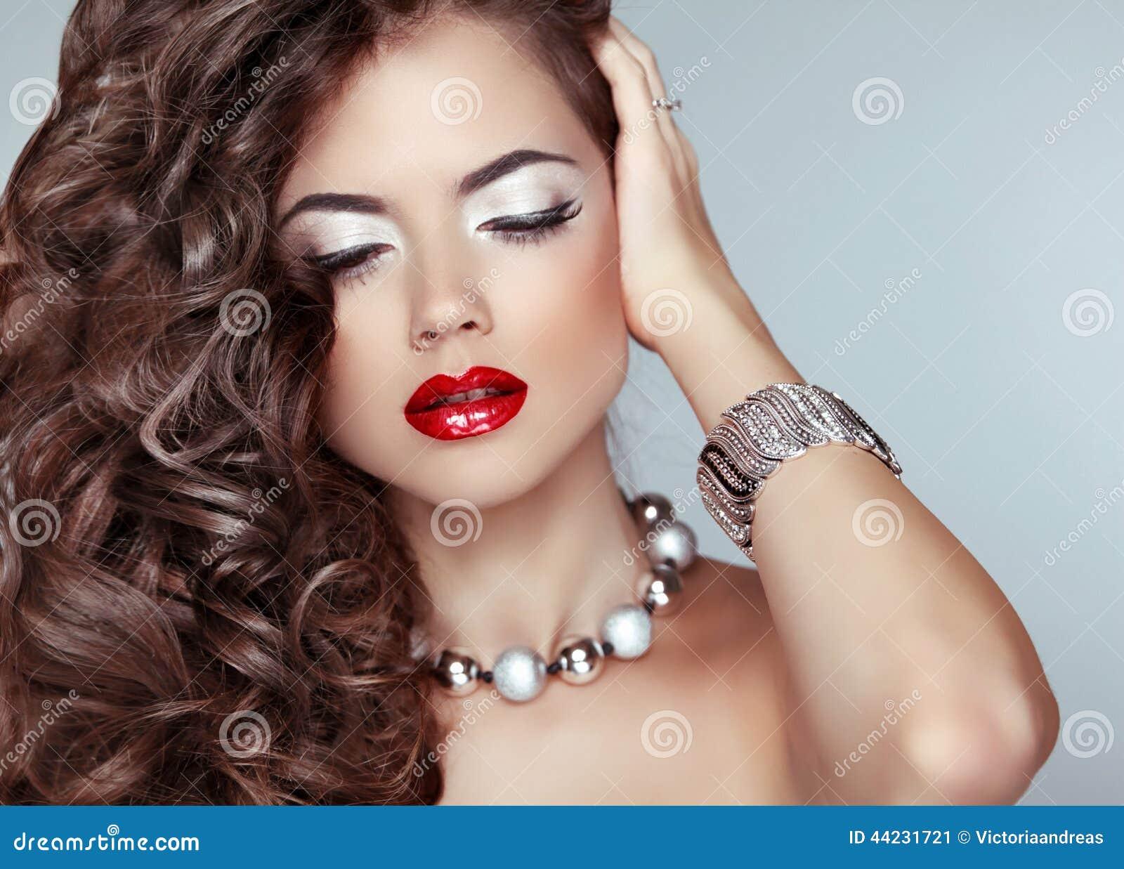Schönheitsmodemädchen Langes Wellenförmiges Haar Rote Lippen Schöne