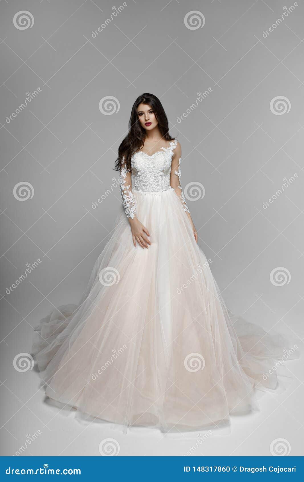 Sch?nheitsportr?t der Braut im Hochzeitskleid mit Make-up und Frisur, Studio Kopieren Sie Platz