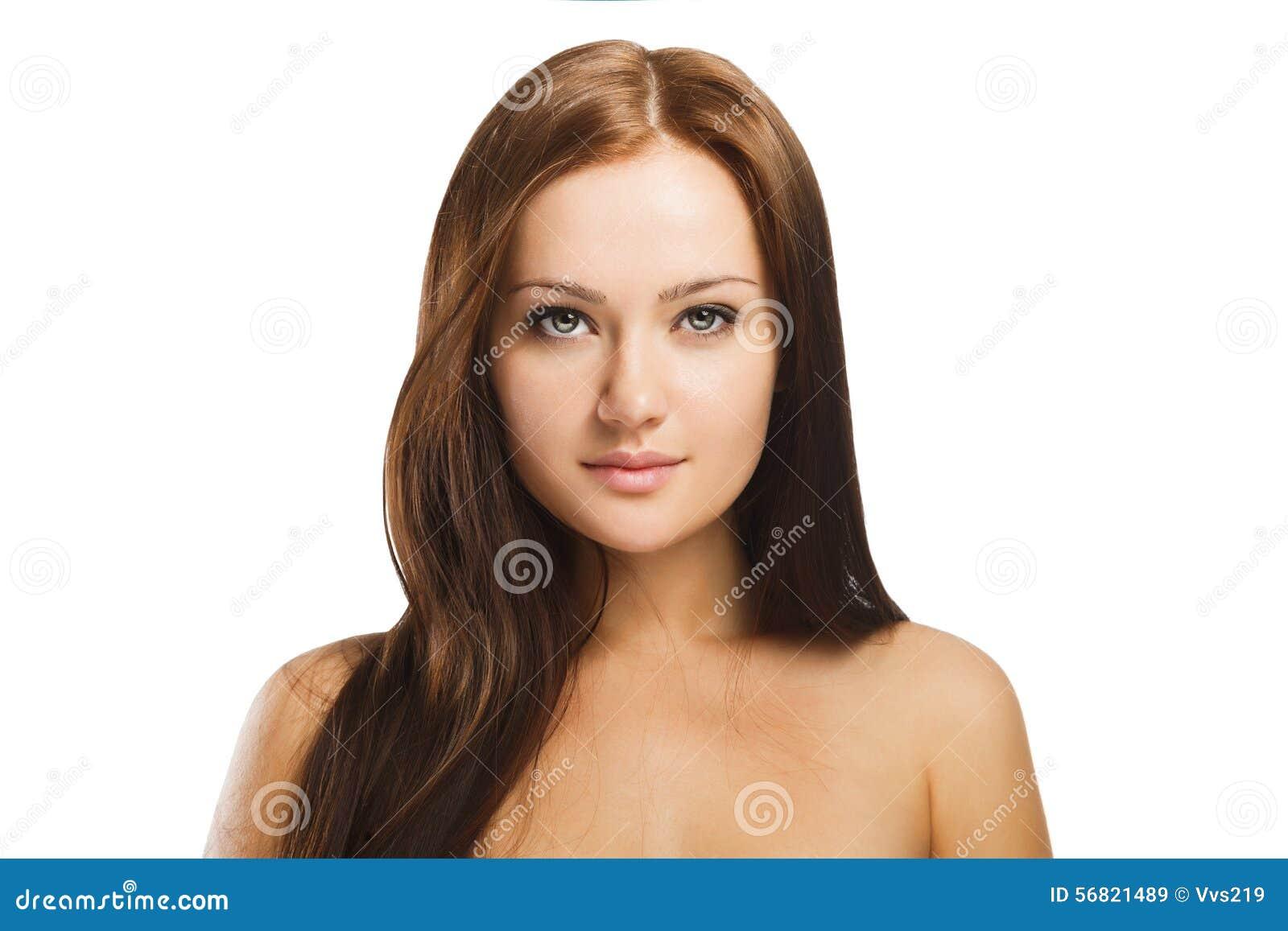 Schönheitsporträt der jungen Frau mit natürlichem Make-up lokalisiert in w