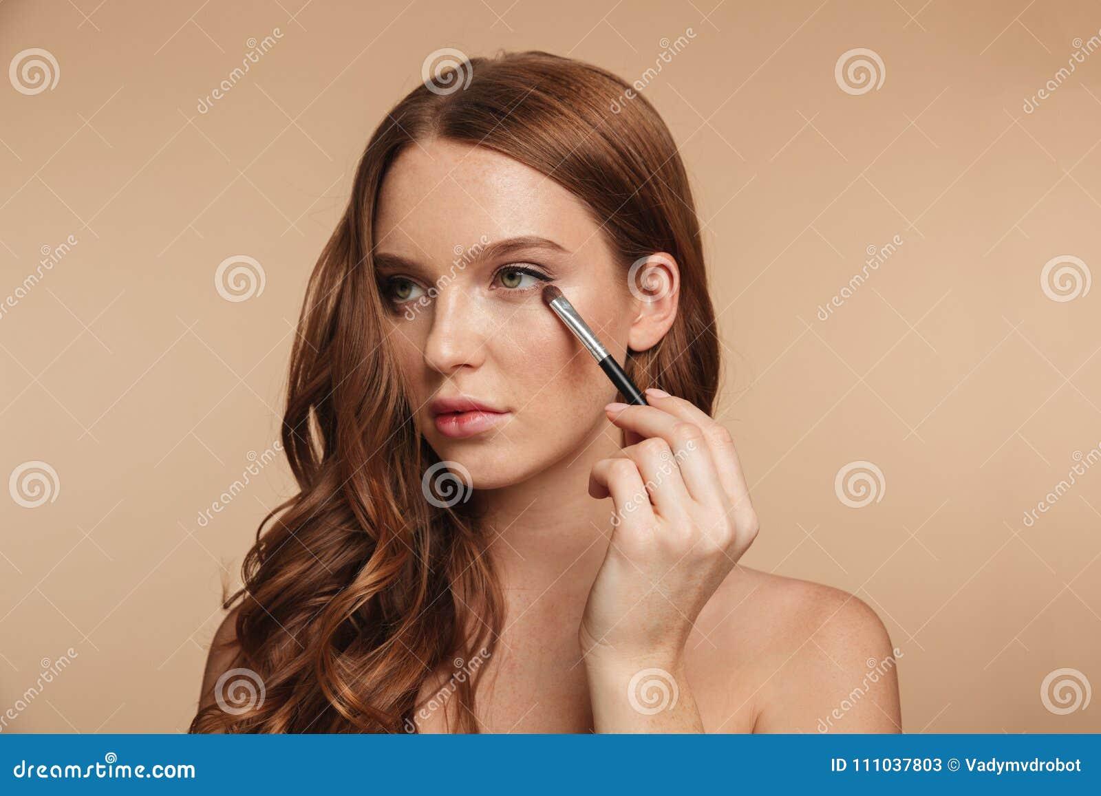 Schönheitsporträt der lächelnden Ingwerfrau des Geheimnisses mit dem langen Haar