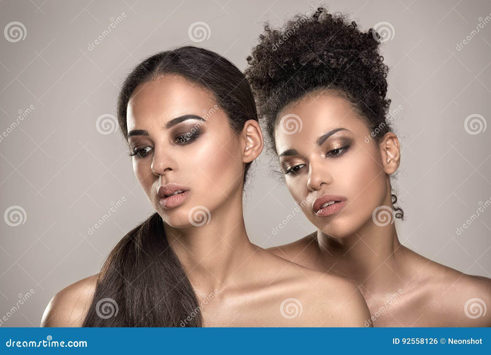 Schönheitsporträt von zwei Afroamerikanermädchen