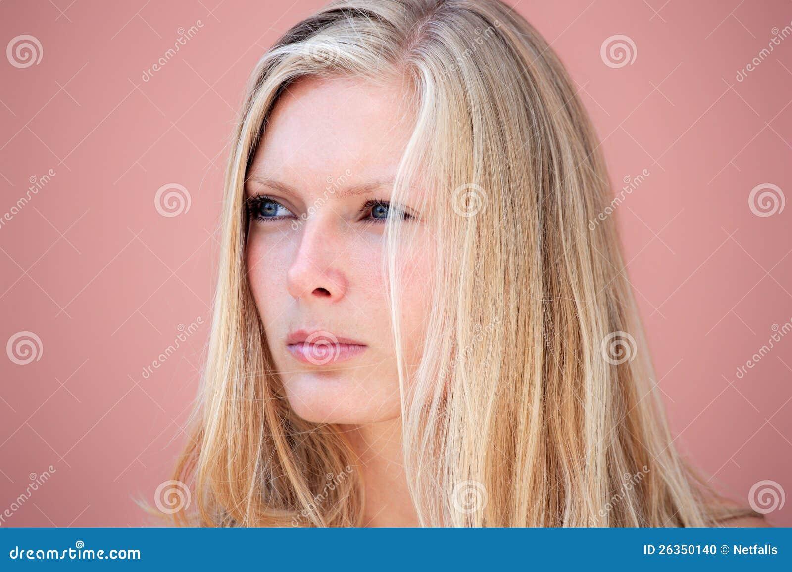 Schönheitsportrait einer blonden Frau