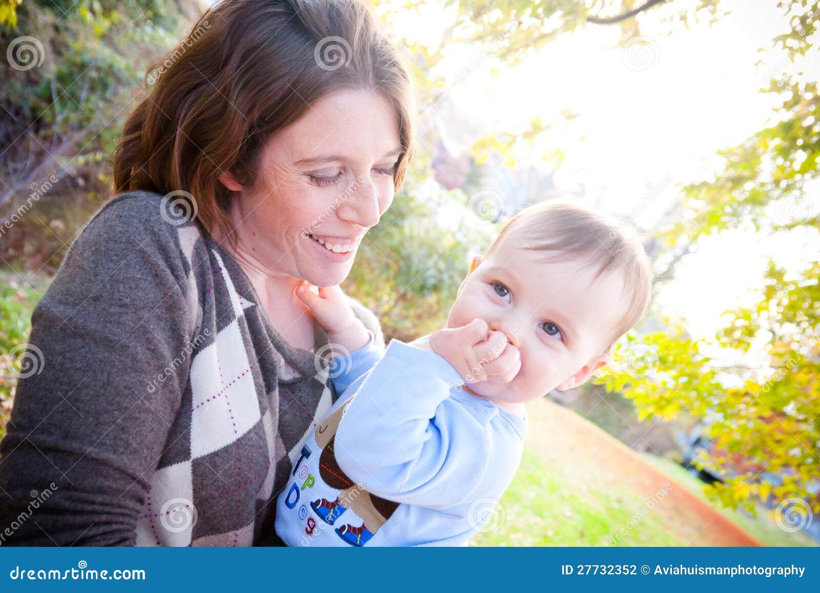Schüchterner Junge und Mutter