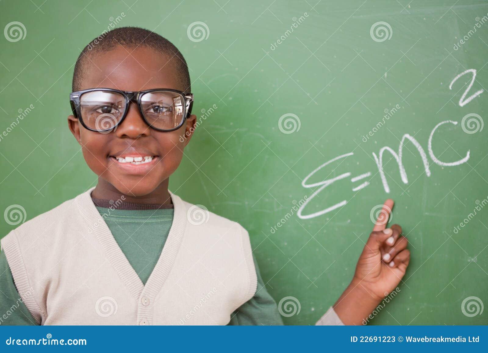 Schüler, der die Masseenergie Gleichwertigkeitsformel zeigt