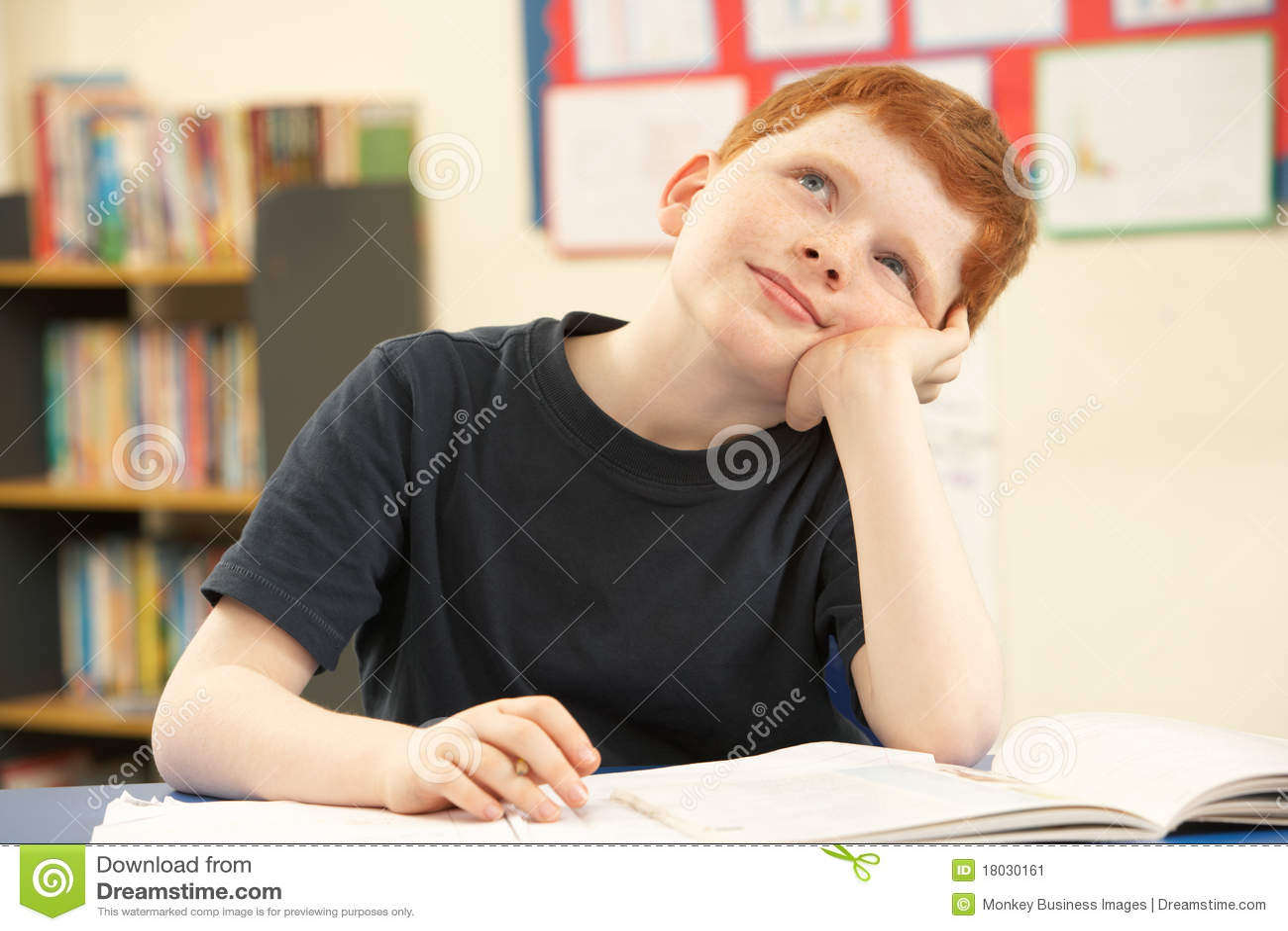 Schüler, der im Klassenzimmer träumt