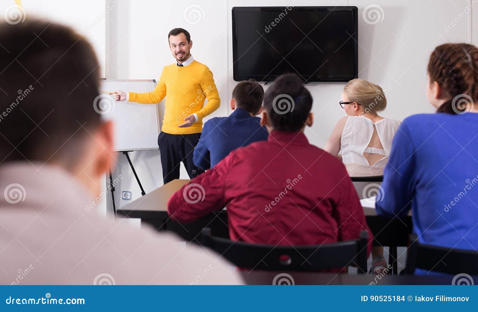 Schüler, die mit Interesse teacher's Erklärungen hören