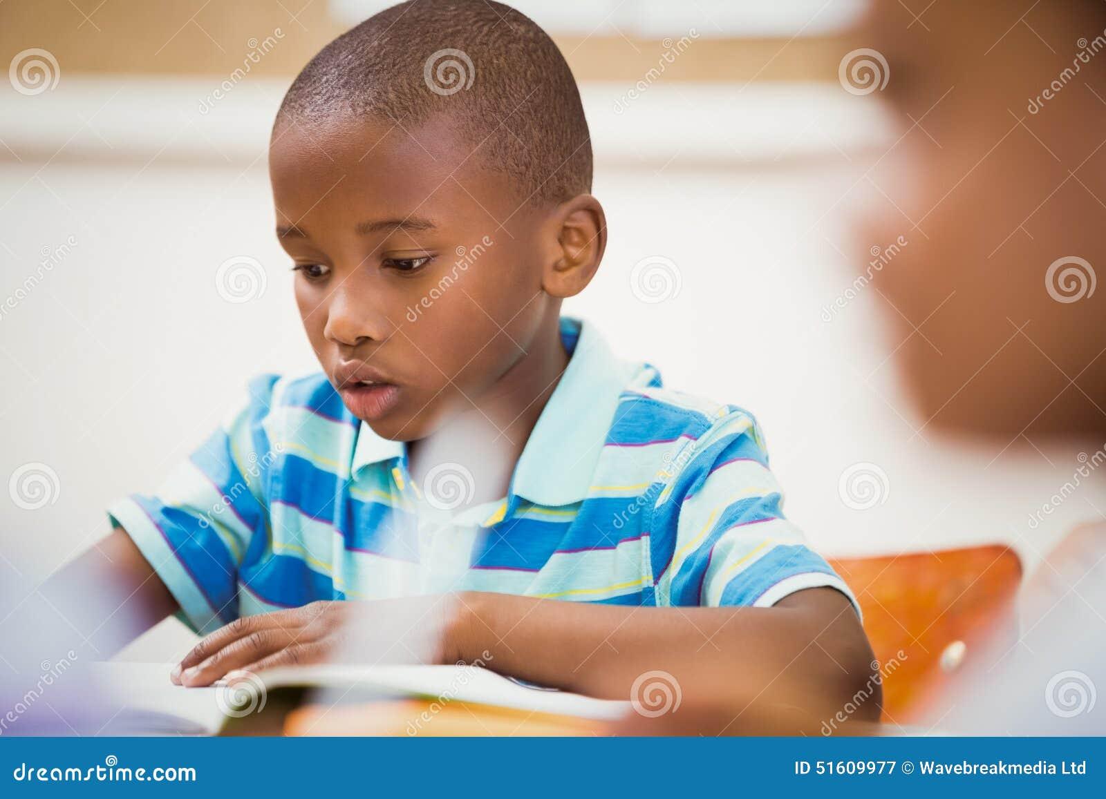 Schüler, die schwer am Schreibtisch arbeiten