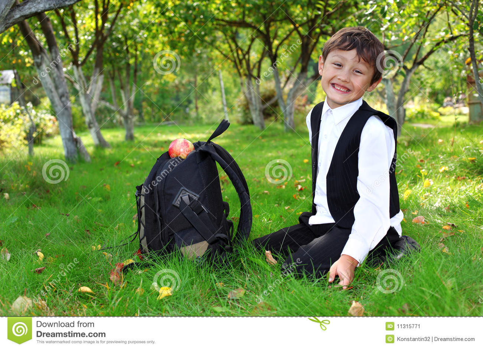 Schüler mit Rucksack und Apfel