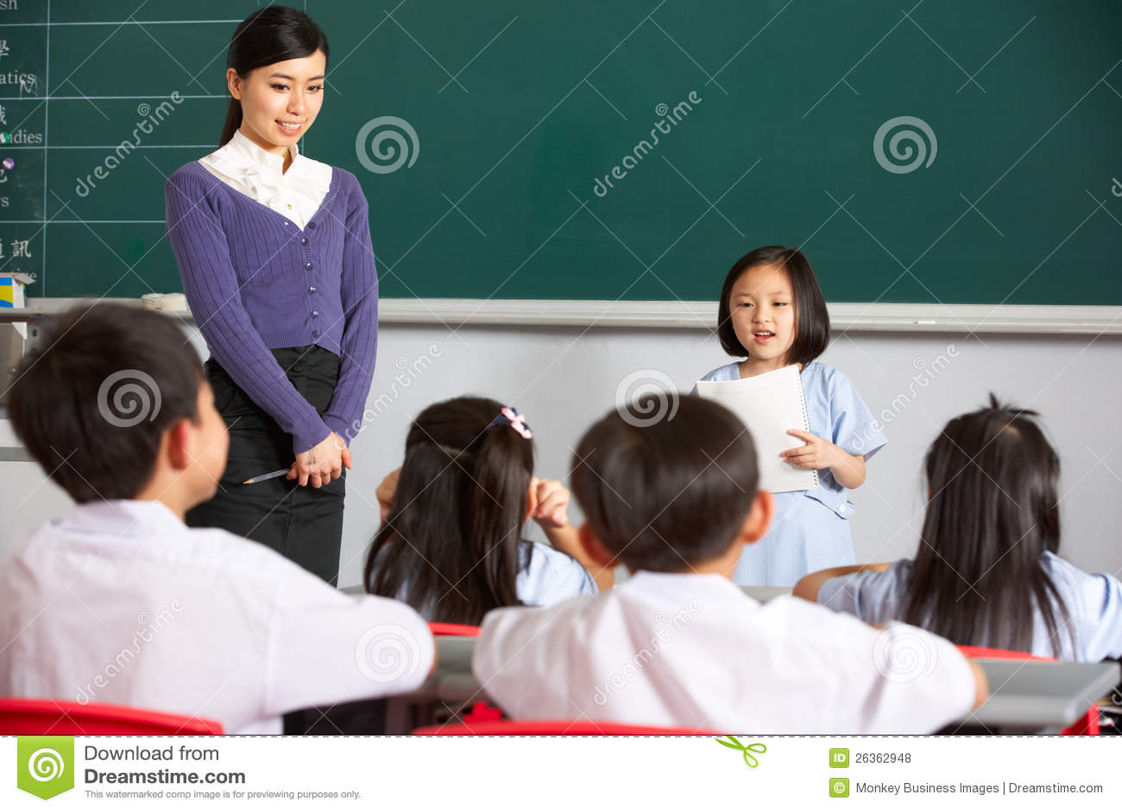 Schüler und Lehrer durch Chinese-Kategorie Blackboardin