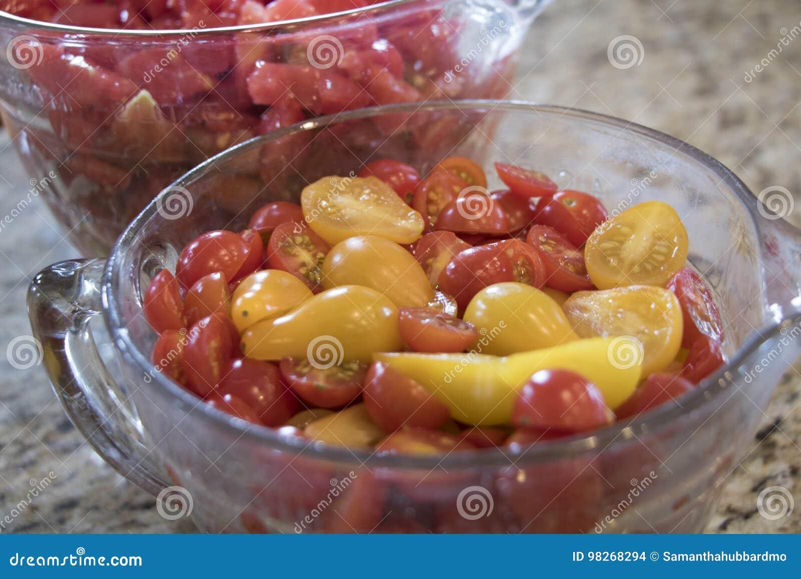 Schussel Schnitt Rote Und Gelbe Tomaten Auf Kuchenarbeitsplatte
