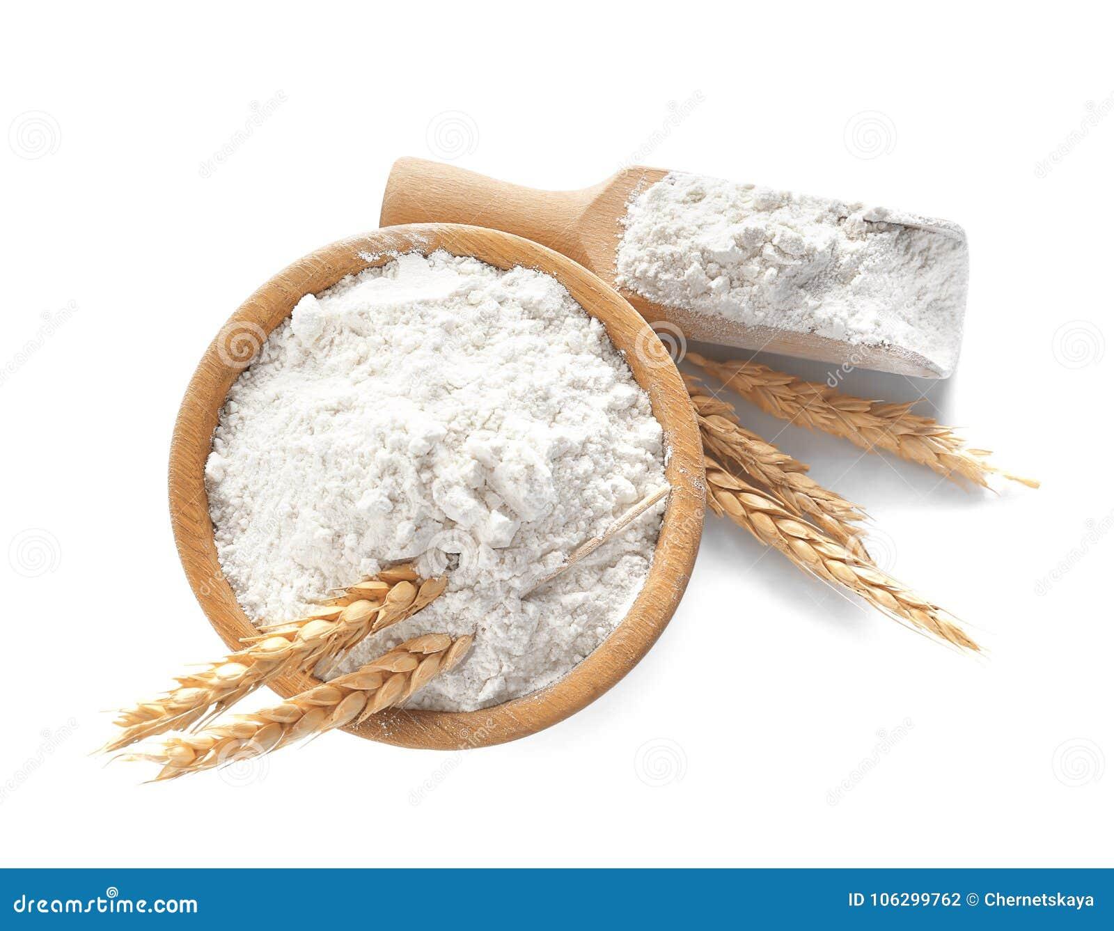 Schüssel und Schaufel mit Mehl