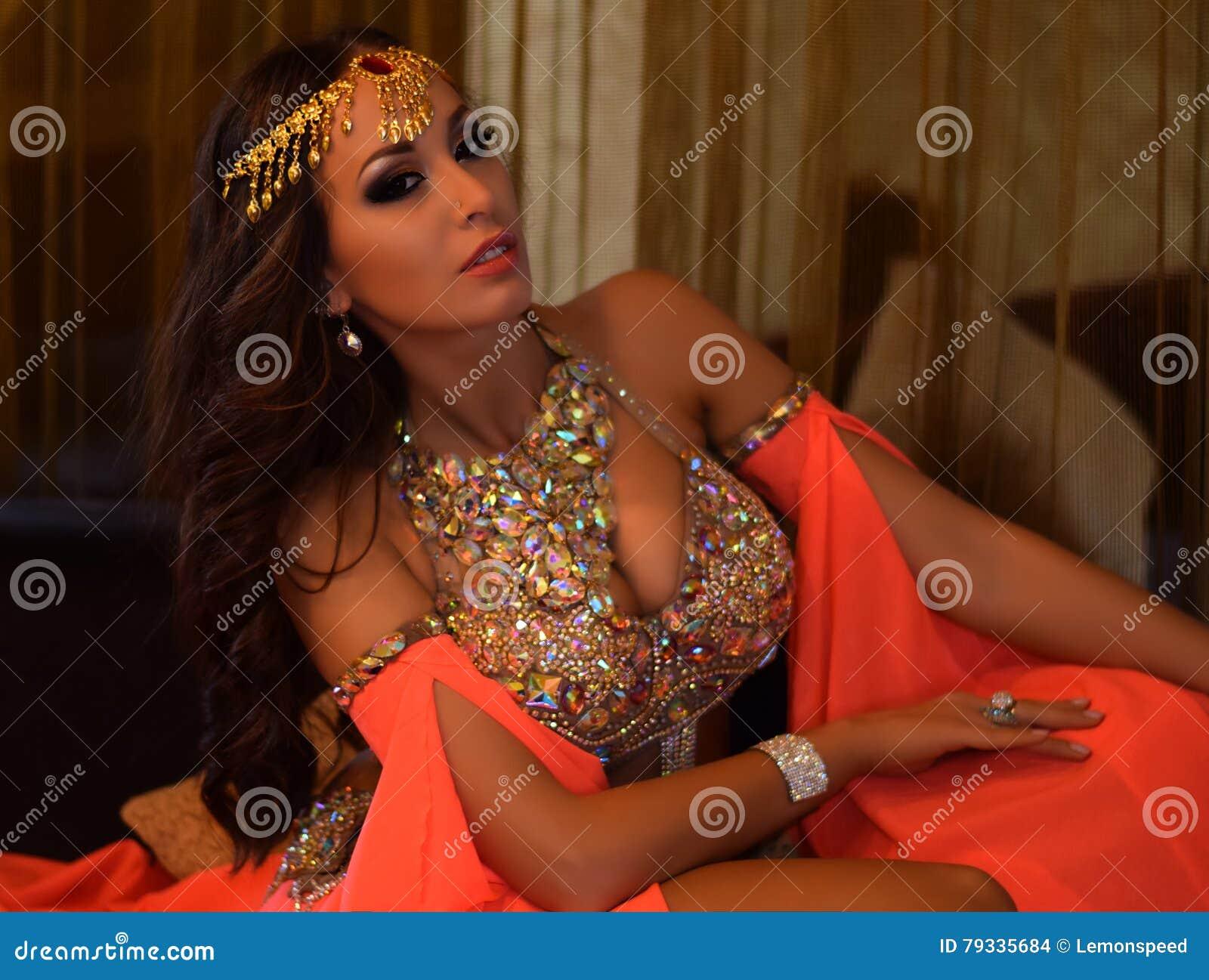 sexy busty arabische