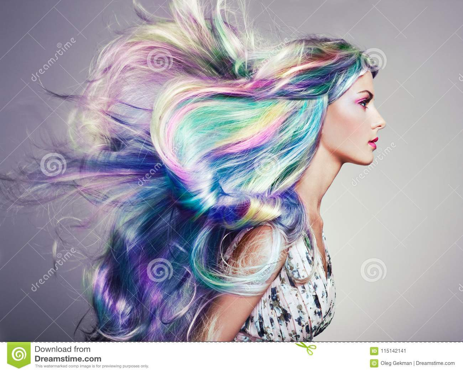 weiß mädchen mit gefärbten haaren