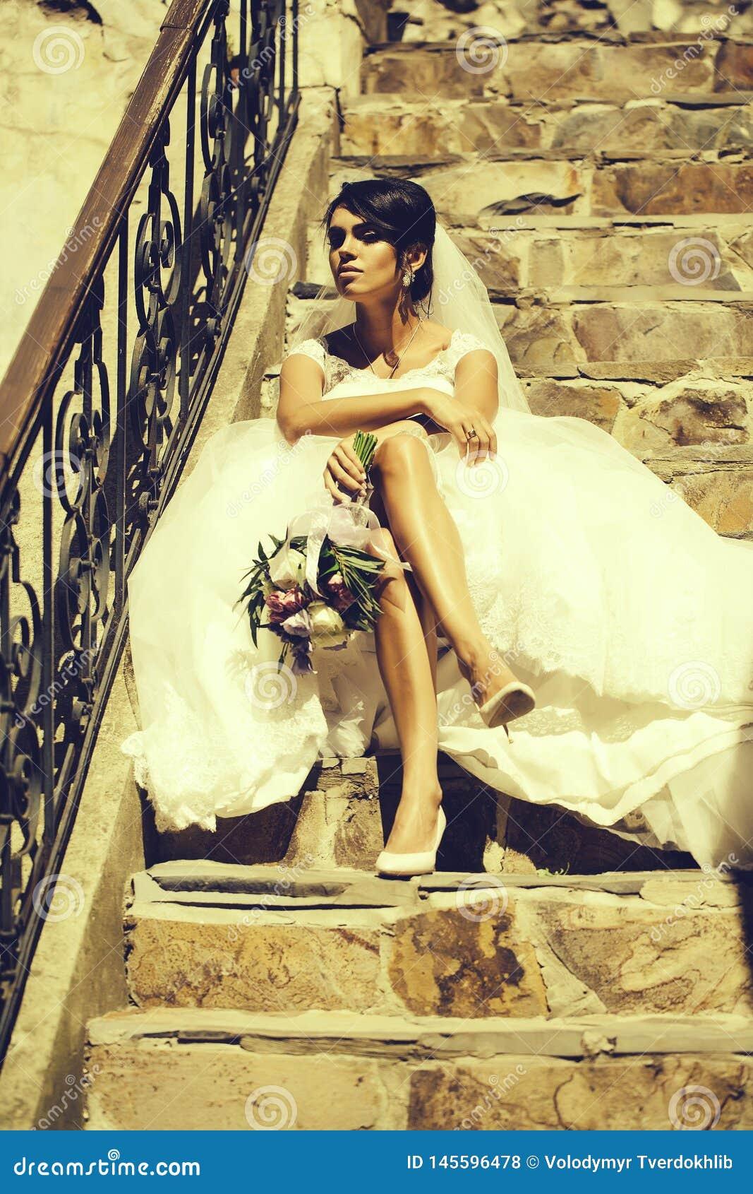 Sch?ne Braut Mit Den Sexy Beinen Stockfoto - Bild von frau ...