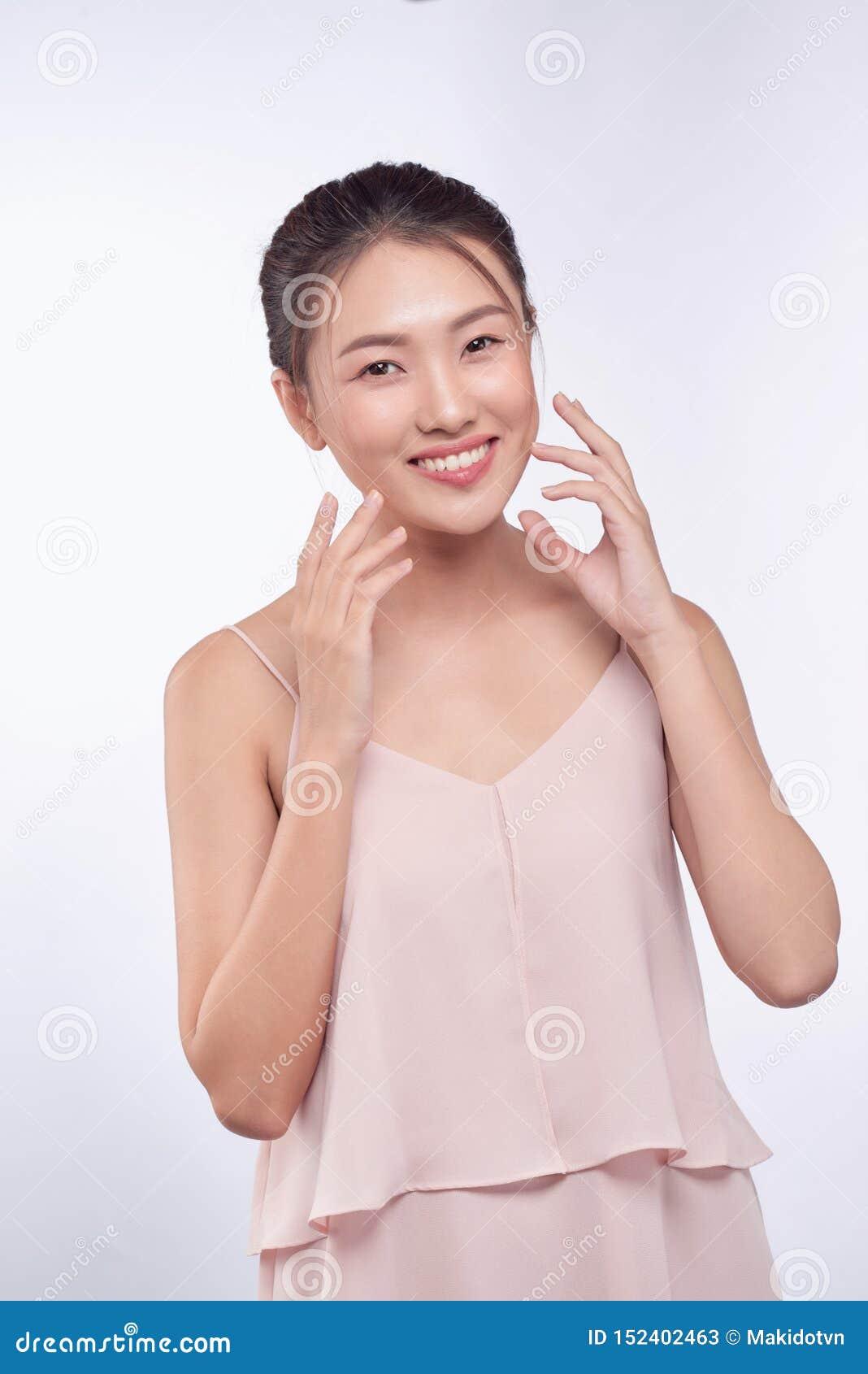 Sch?ne junge asiatische Frau mit sauberem neuem Hautblick