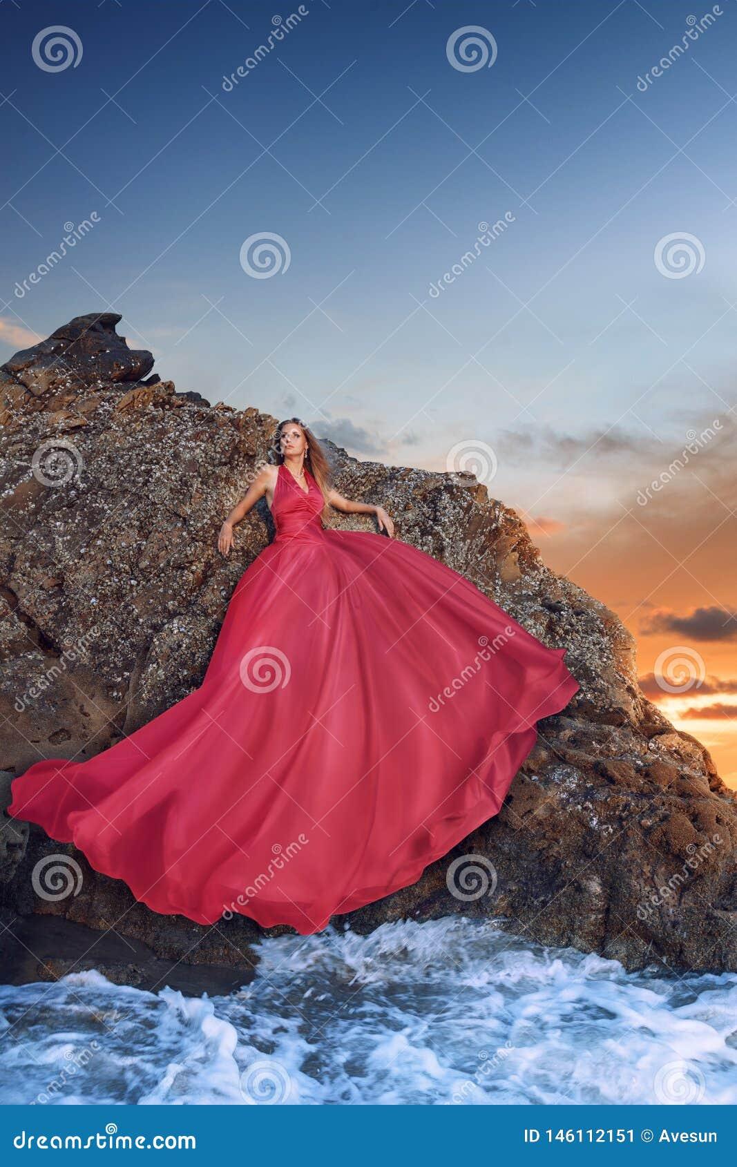 Sch?ne Junge Frau, Die Im Luxuri?sen Langen Kleid Auf Dem ...
