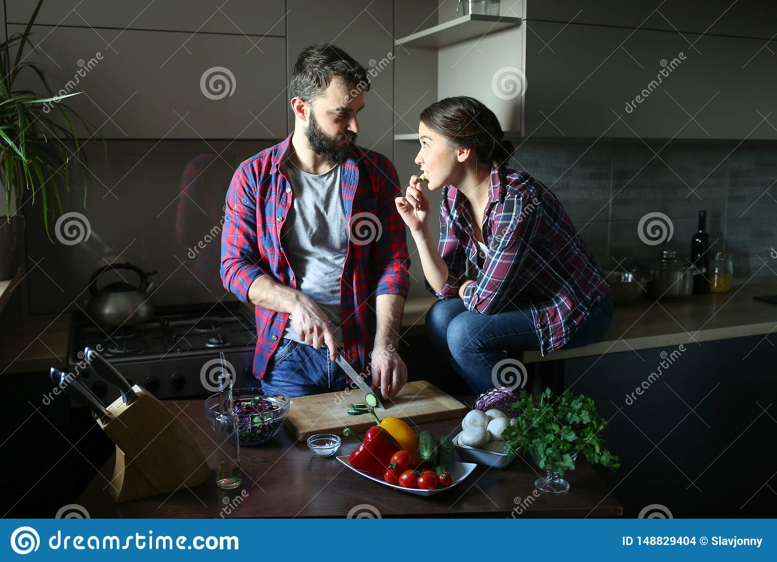 Schne Junge Paare In Der Kche Zu Hause Beim Kochen Der Gesunden Nahrung Mann Ist Schnittsalat ...