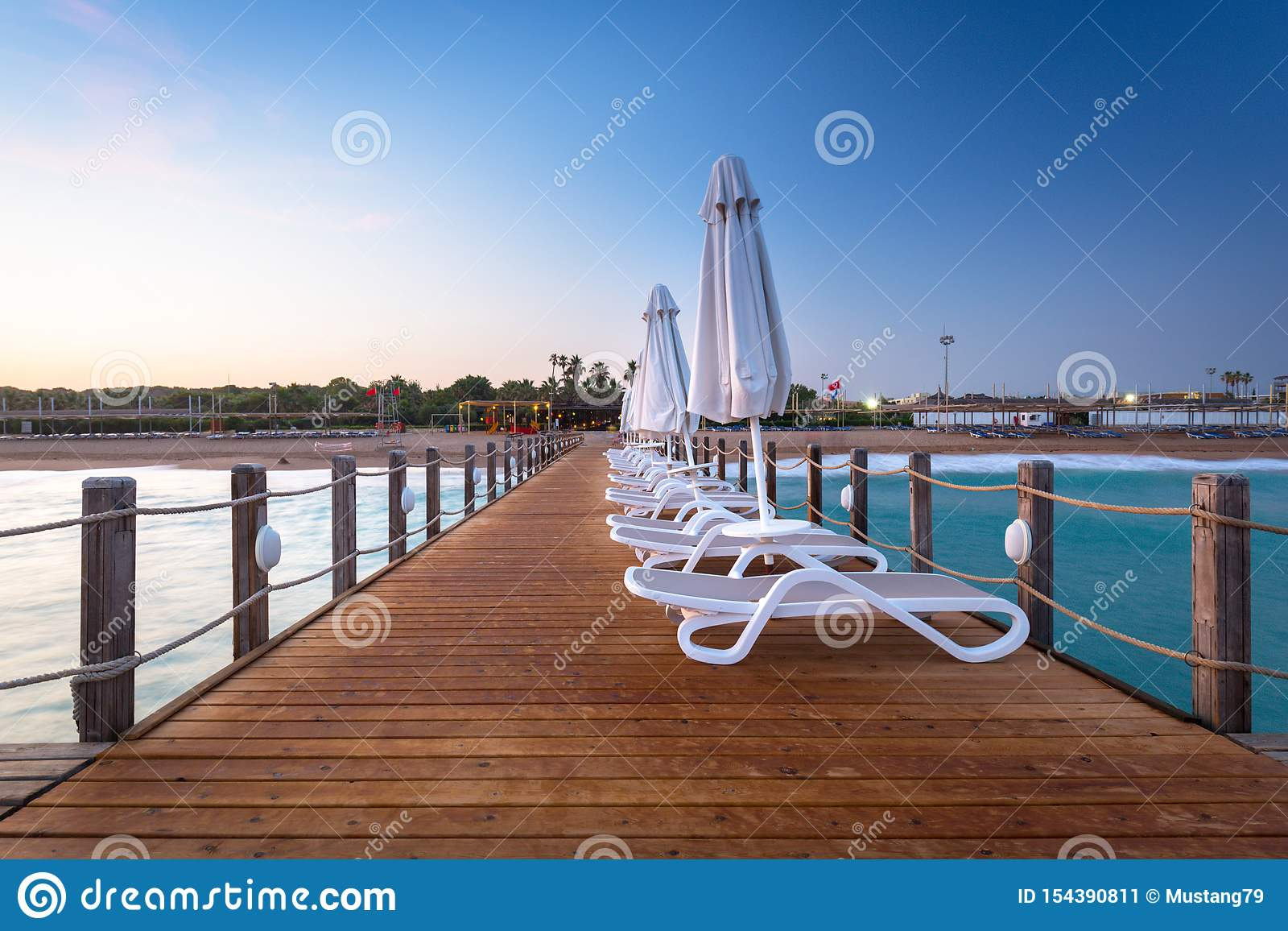 Sch?ne Landschaft mit h?lzernem Pier auf dem T?rkischen Riviera bei Sonnenuntergang, Seite