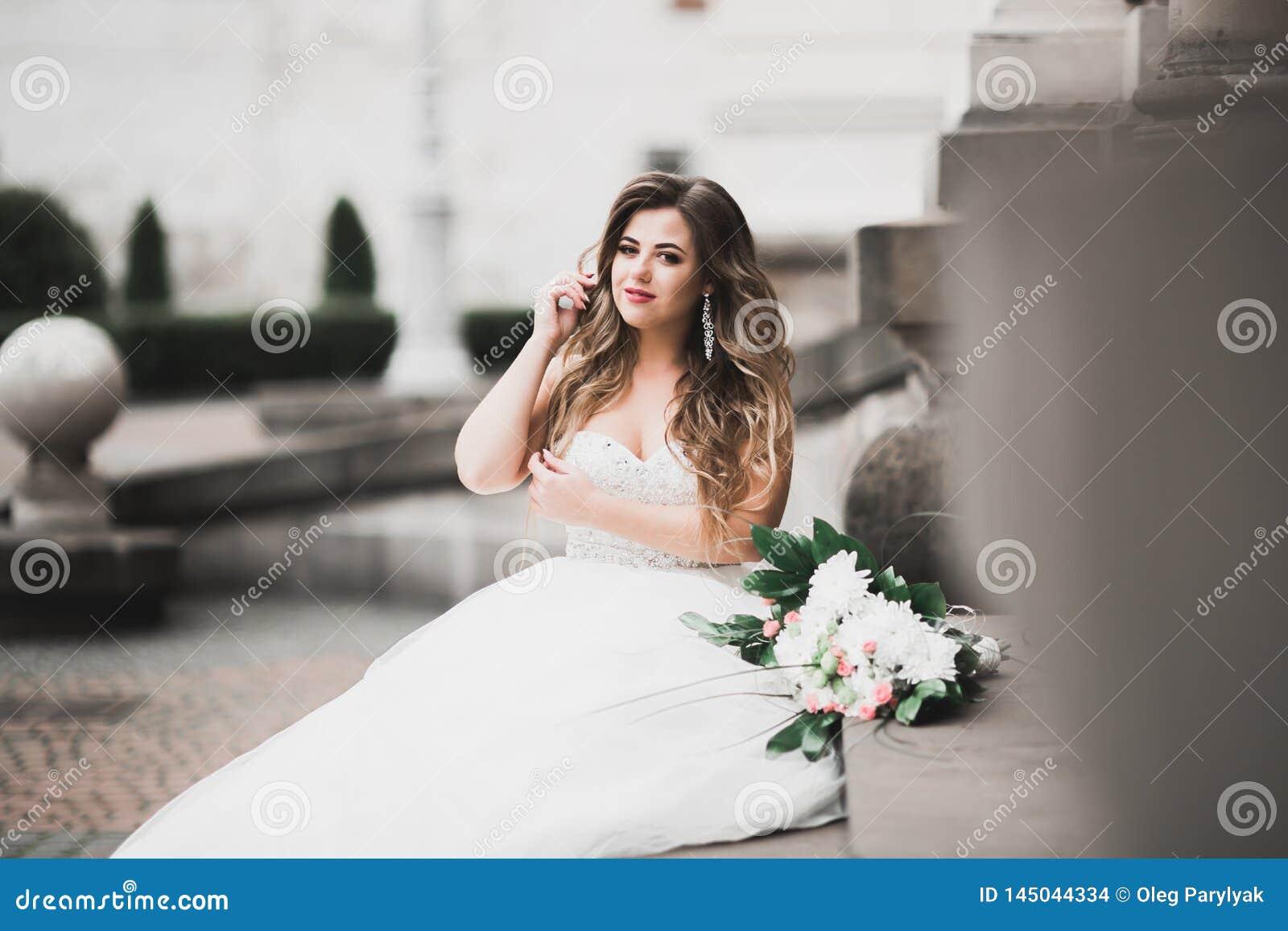 Sch?ne Modebraut bei der Hochzeitskleideraufstellung