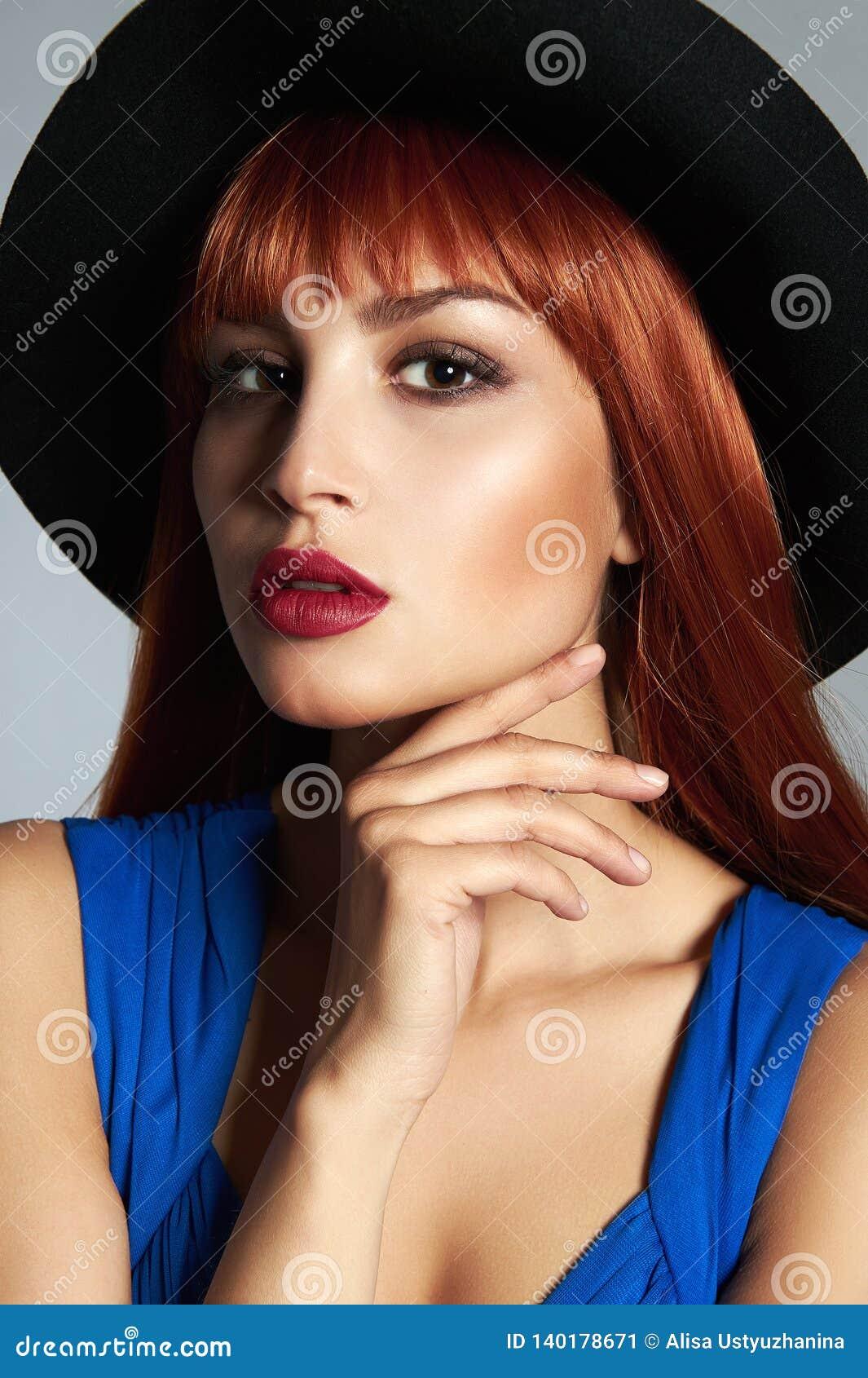 Sch?ne Rote Haarfrau Im Hut Stockbild - Bild von lippen ...