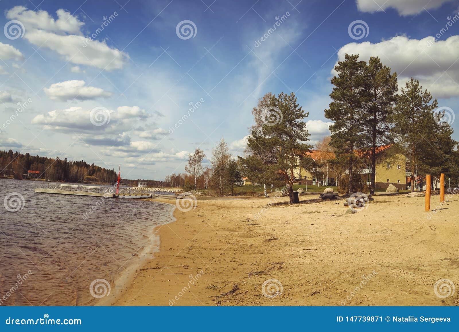 Sch?ne Seeblicke, die H?user, die Birke und Waldfinnische Landschaft Seen und T?ler Sommeransicht von Karelien
