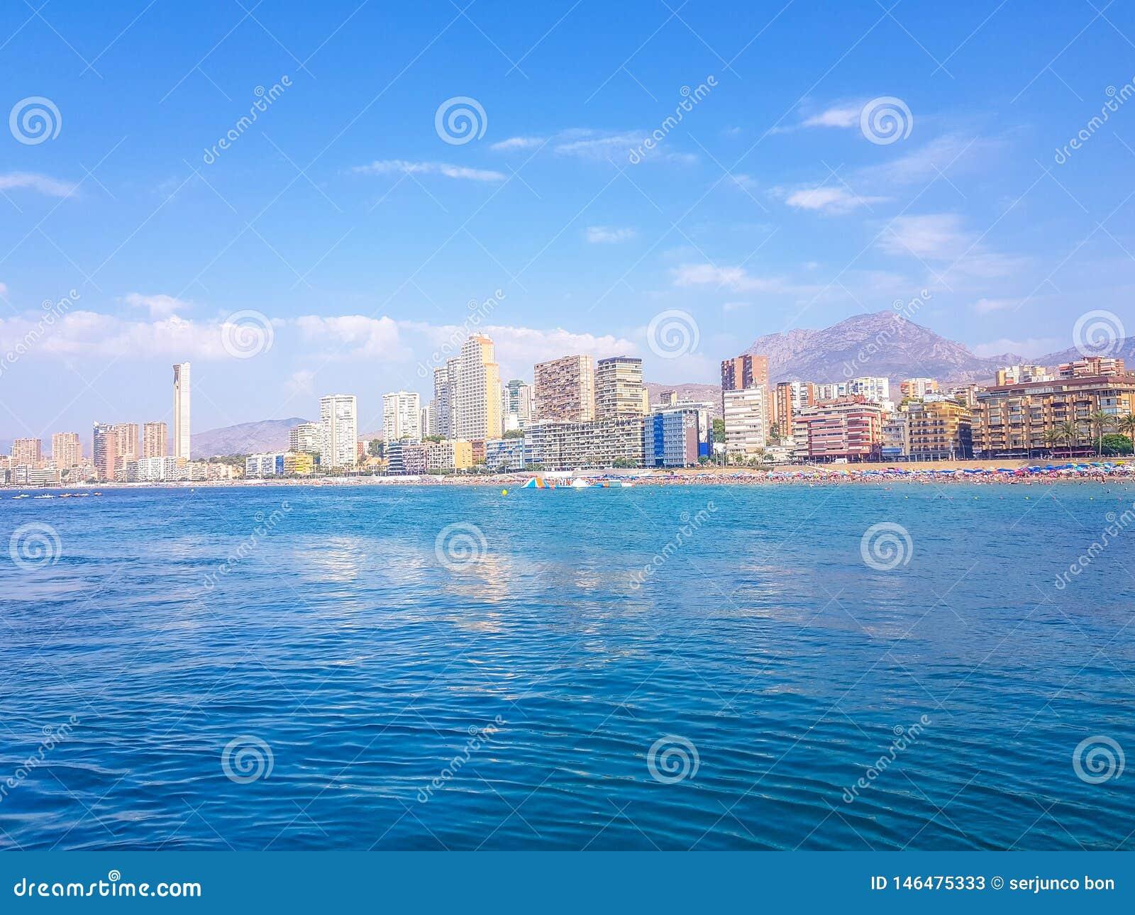 Sch?ner Levante-Strand in Benidorm, Spanien Bild genommen vom Meer, mit den Skylinen von Wolkenkratzern und einem Boot des ersten