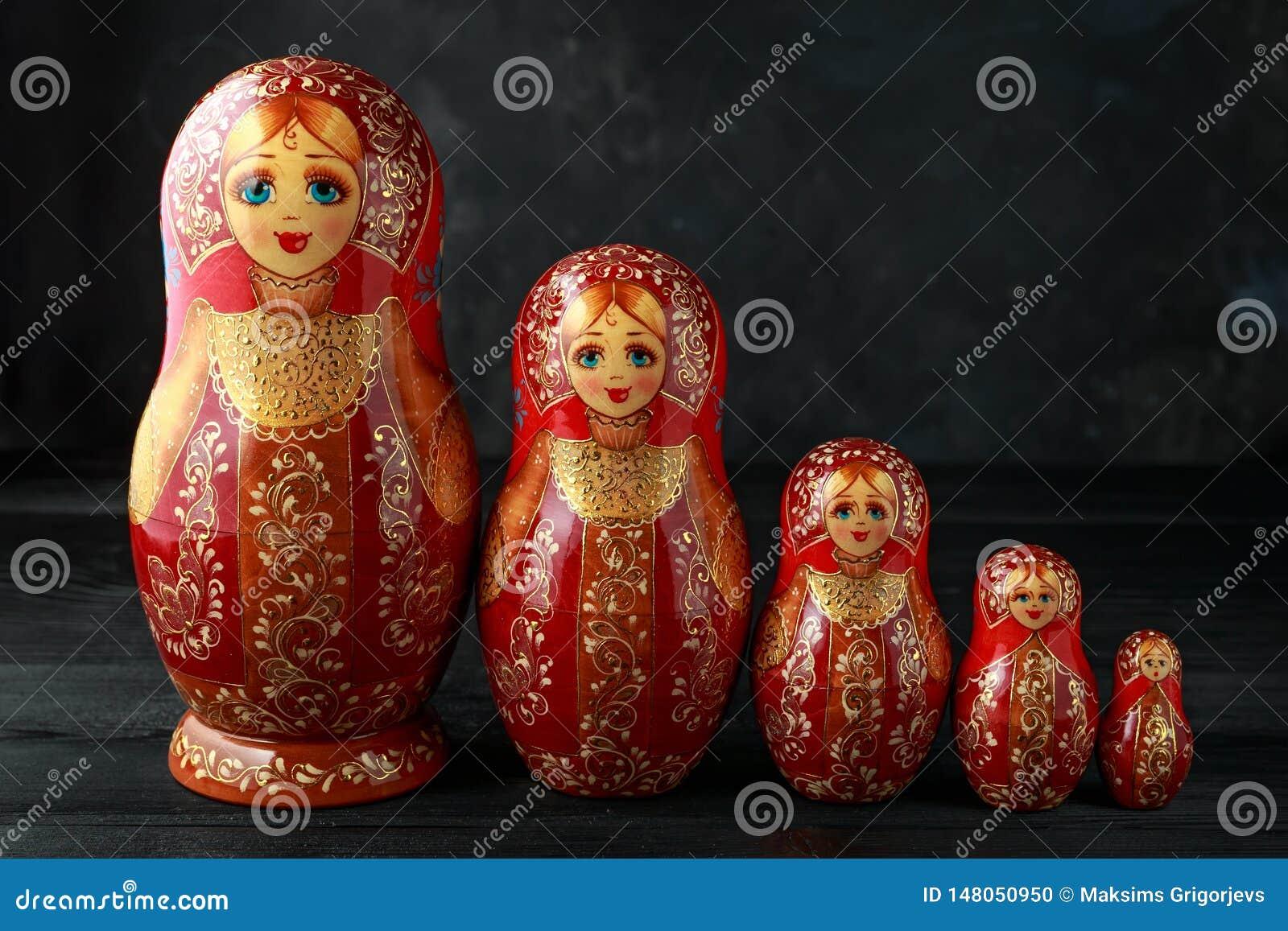 Sch?nes russisches traditionelles Nistenpuppen matreshka auf rustikalem Hintergrund