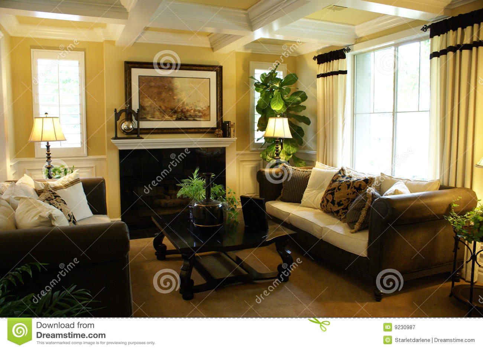 Schönes gelbes wohnzimmer mit weißen lichtstrahlen auf der decke und