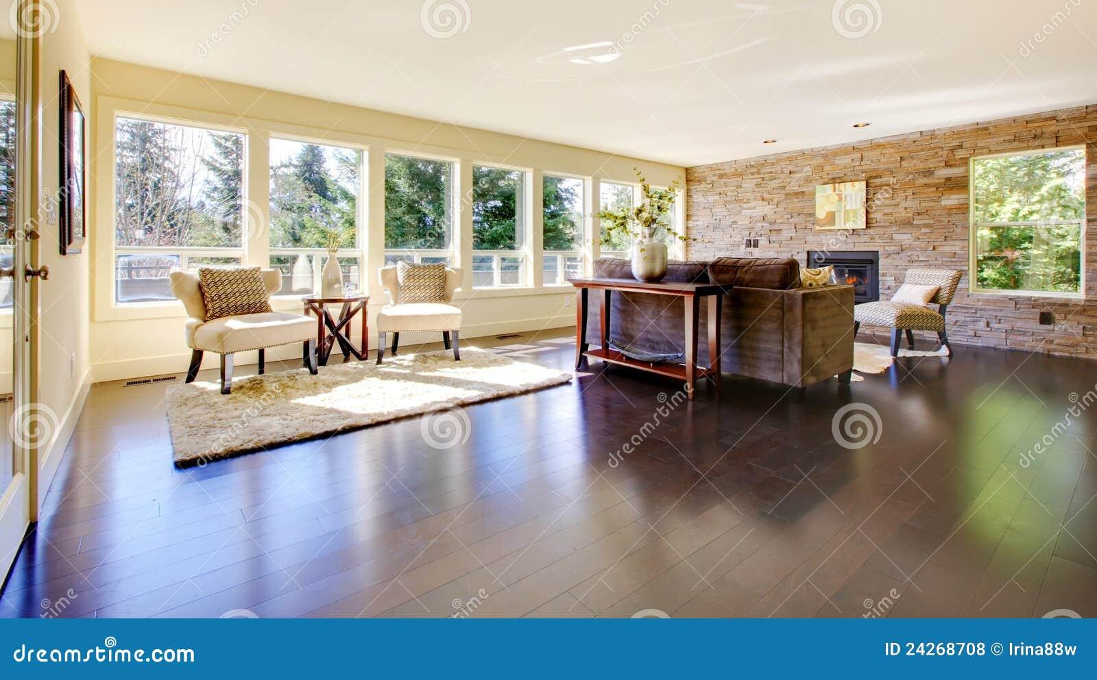 Schönes modernes großes helles wohnzimmer mit dunklem fußboden und