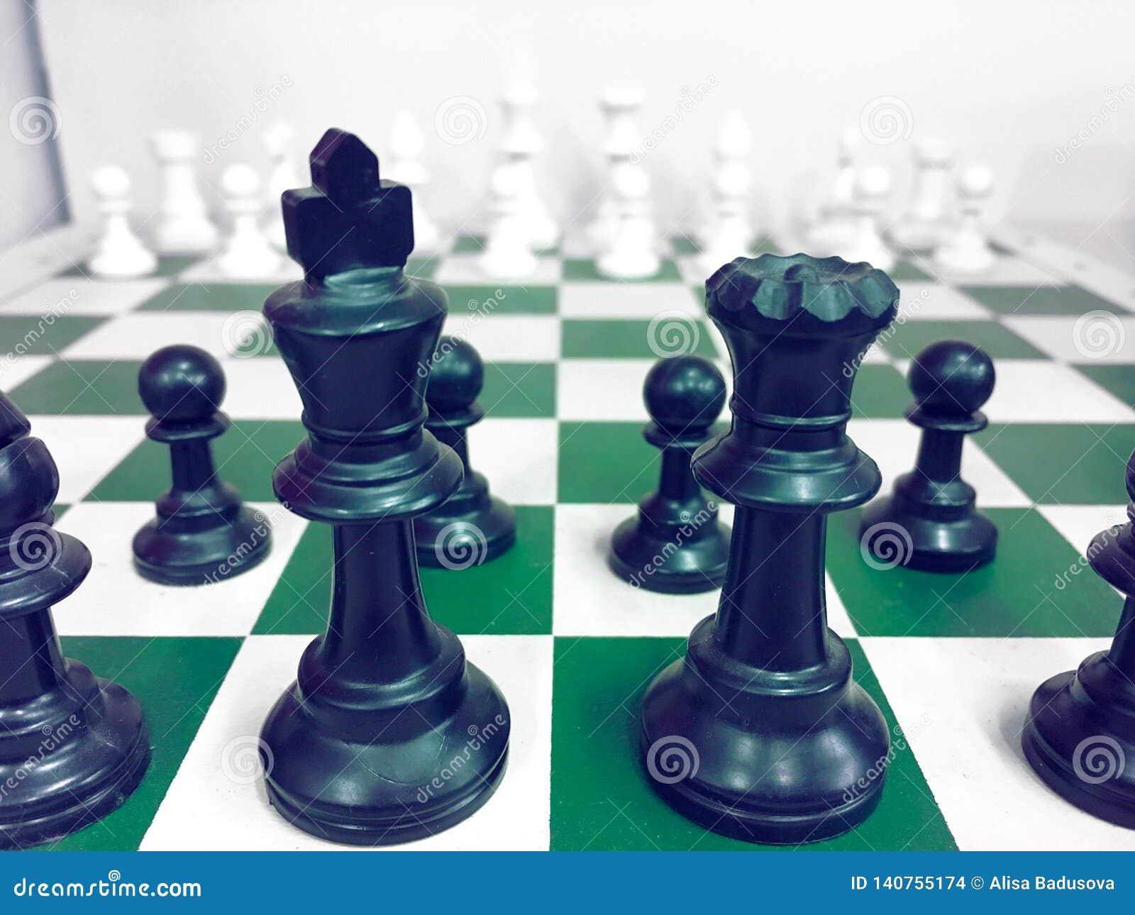 Schaakbord met een schaakstuk op het achter Onderhandelen in zaken als achtergrond bedrijfsconcept en strategieconcept