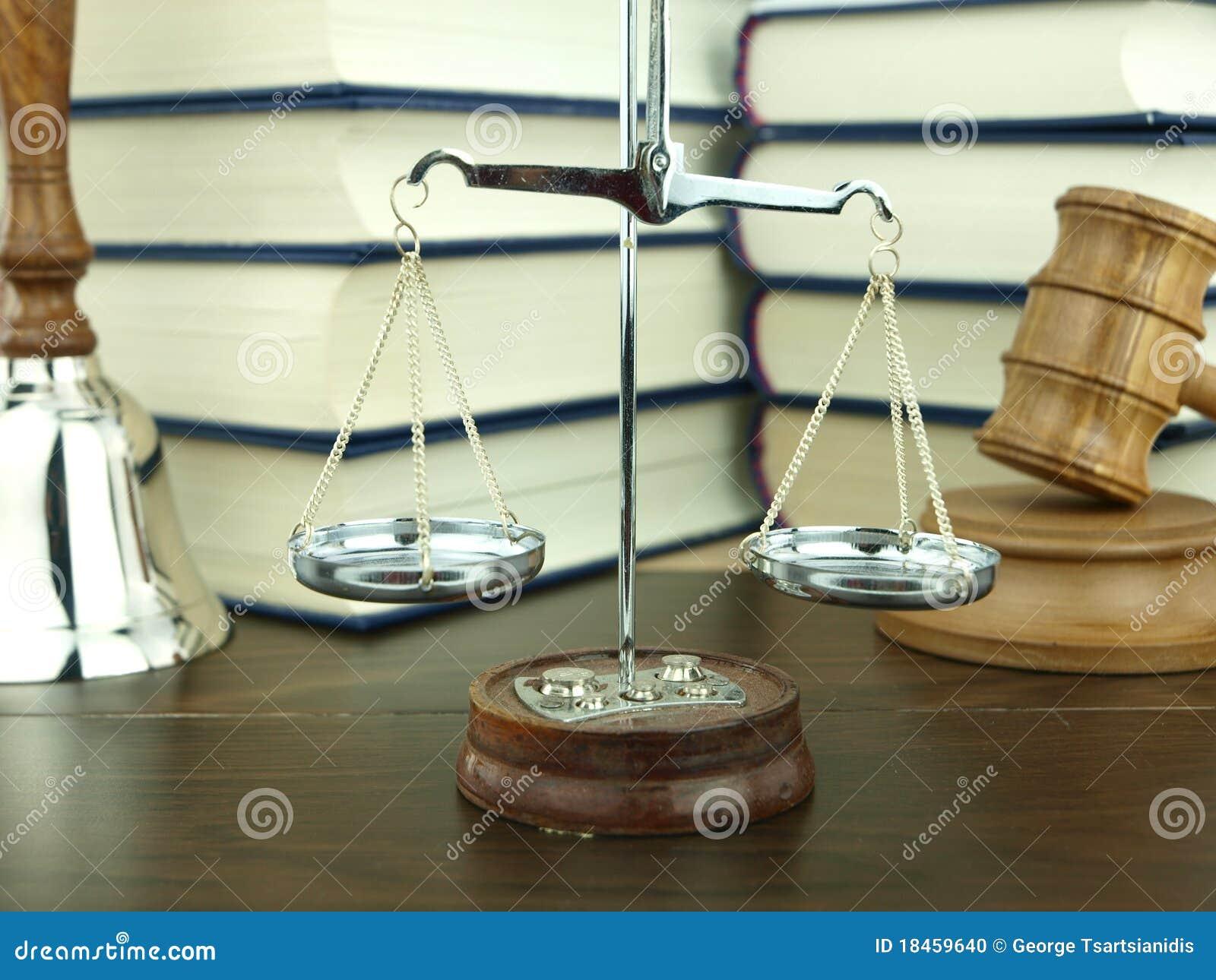Schaal van rechtvaardigheid, handklok en de hamer van de rechter