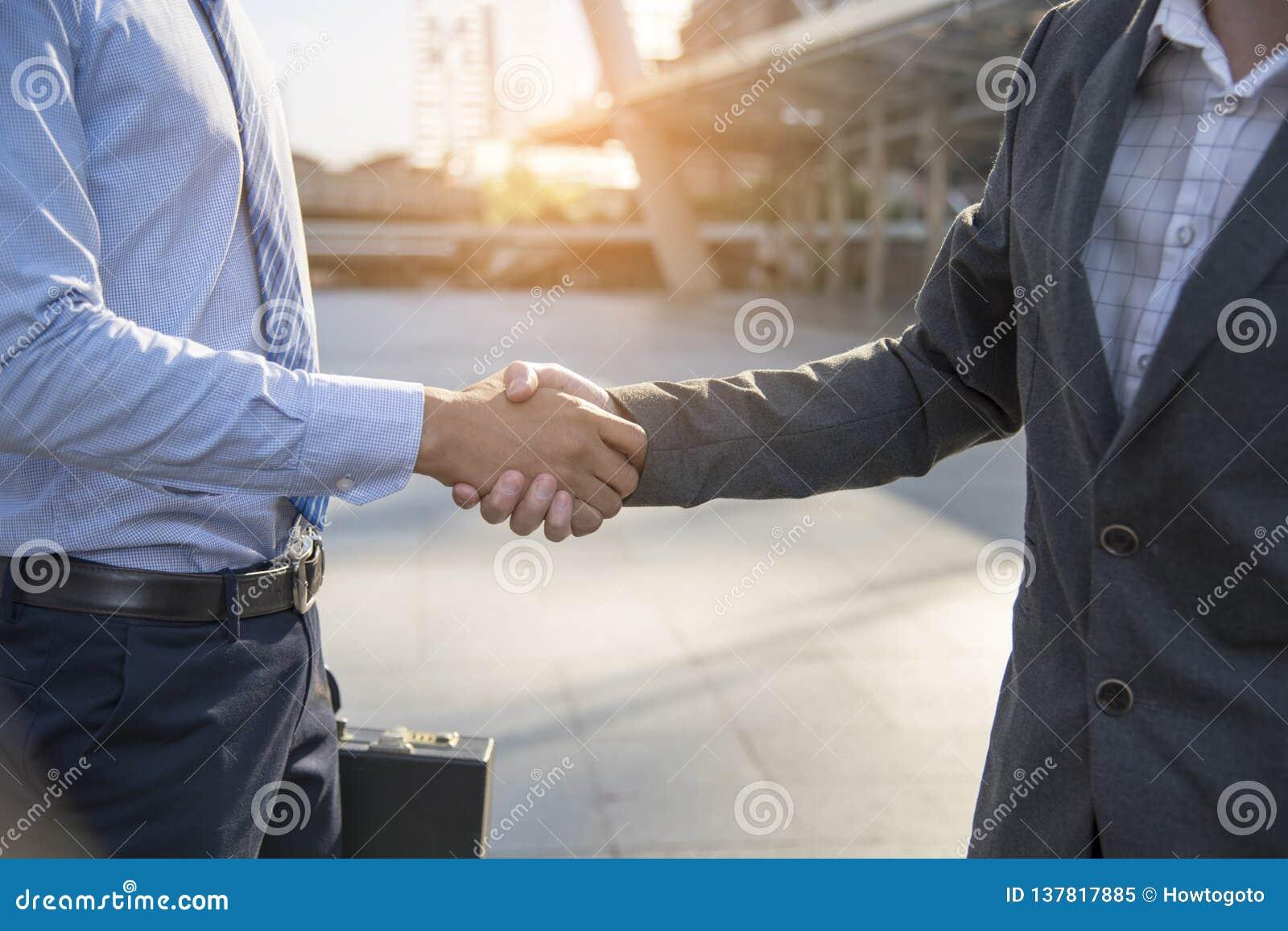 Schach stellt Bischöfe dar Freundschaft Geschäftsmann Hände zusammen rütteln Erfolgsabkommen