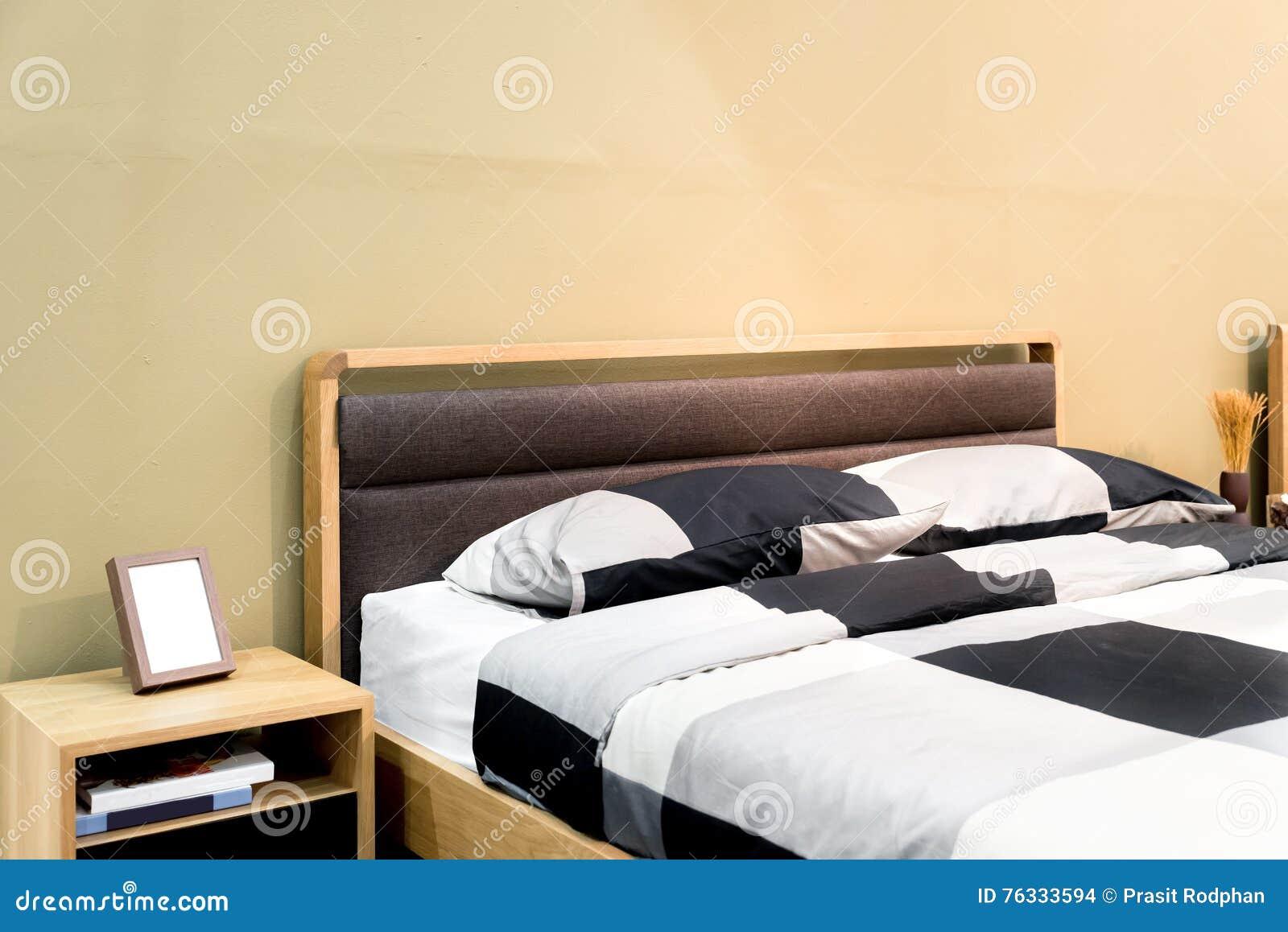 Schachbett mit kissen und regal im modernen schlafzimmer schlafzimmer inter stockfoto bild - Regal schlafzimmer ...