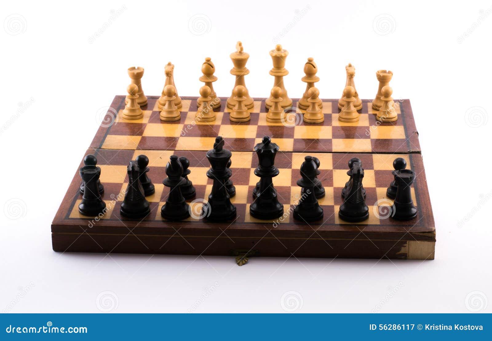 Schachbrett mit Schwarzweiss-Figürchen auf einem weißen Hintergrund