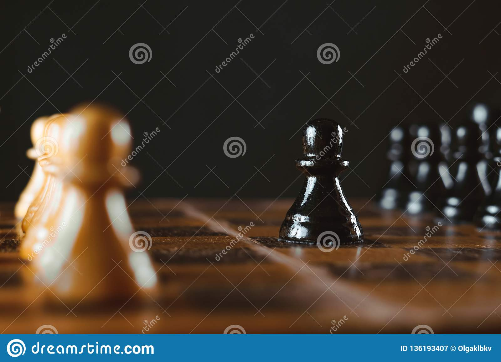Schachstücke auf dem Vorstand