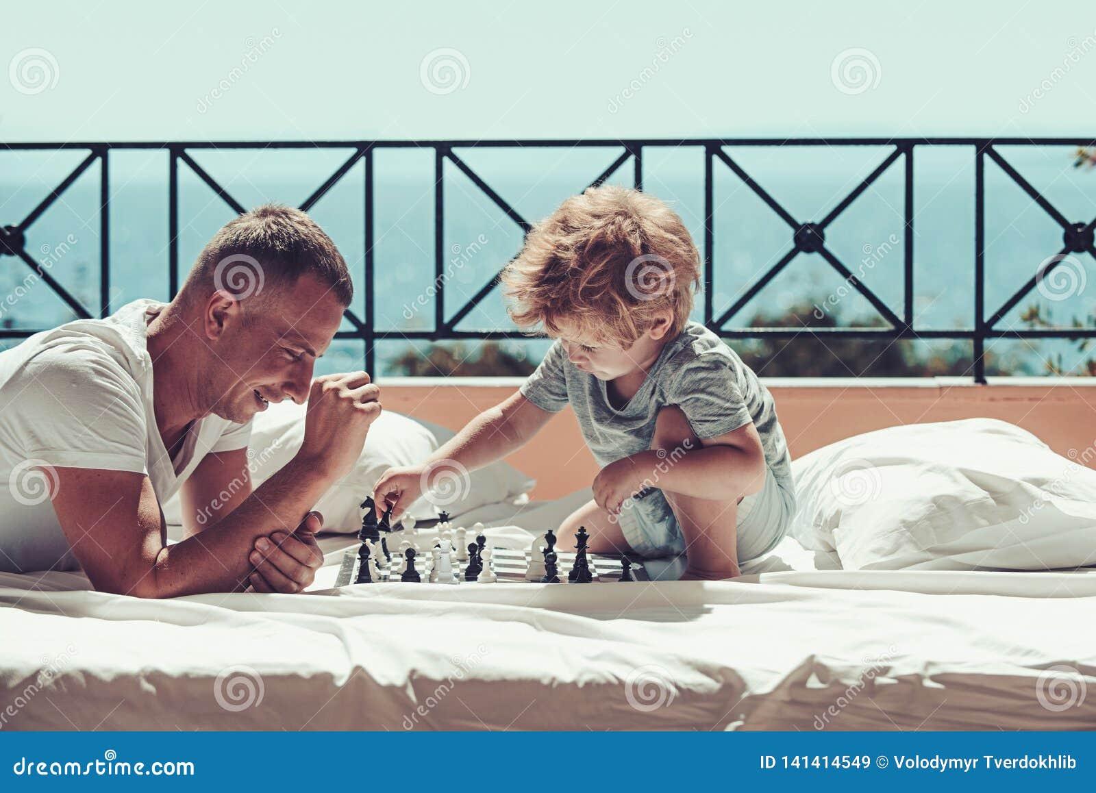 Schack för barnlek med fadern Sommarsemester av den lyckliga familjen Familjlopp med ungen på faderdag fader med sonen på