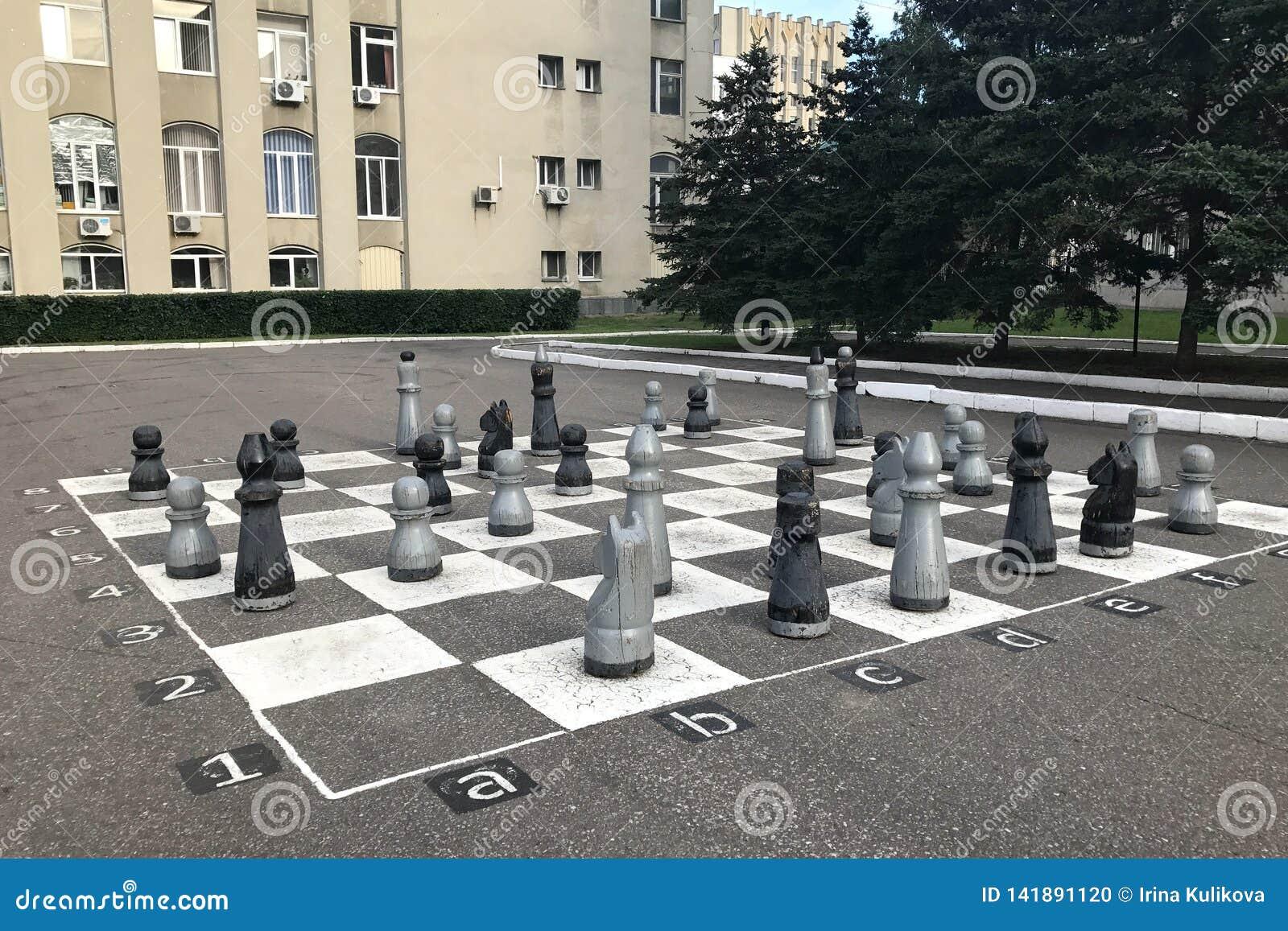 Schackbräde som målas på asfalt- och schackstycken i Penza, Ryssland
