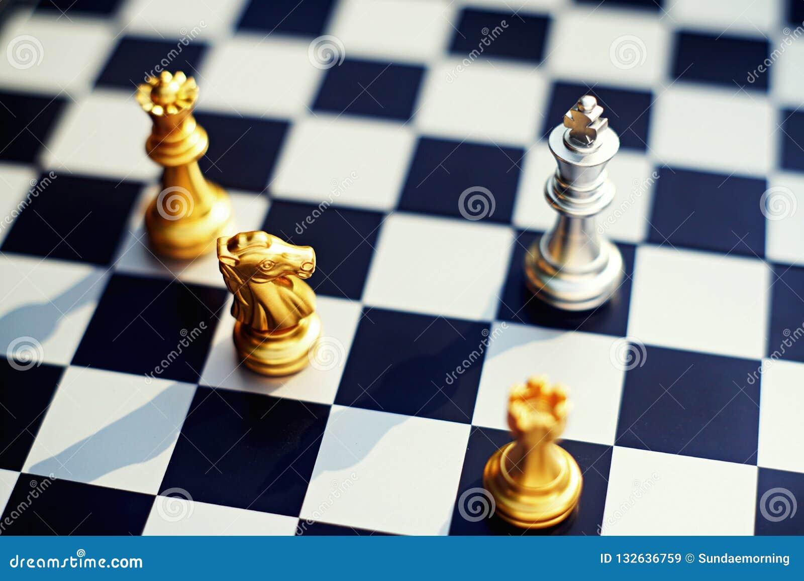 Schackbrädelek, nackdelkonung som omger vid fienden med det allvarliga lägeläget, konkurrenskraftigt begrepp för affär, kopia